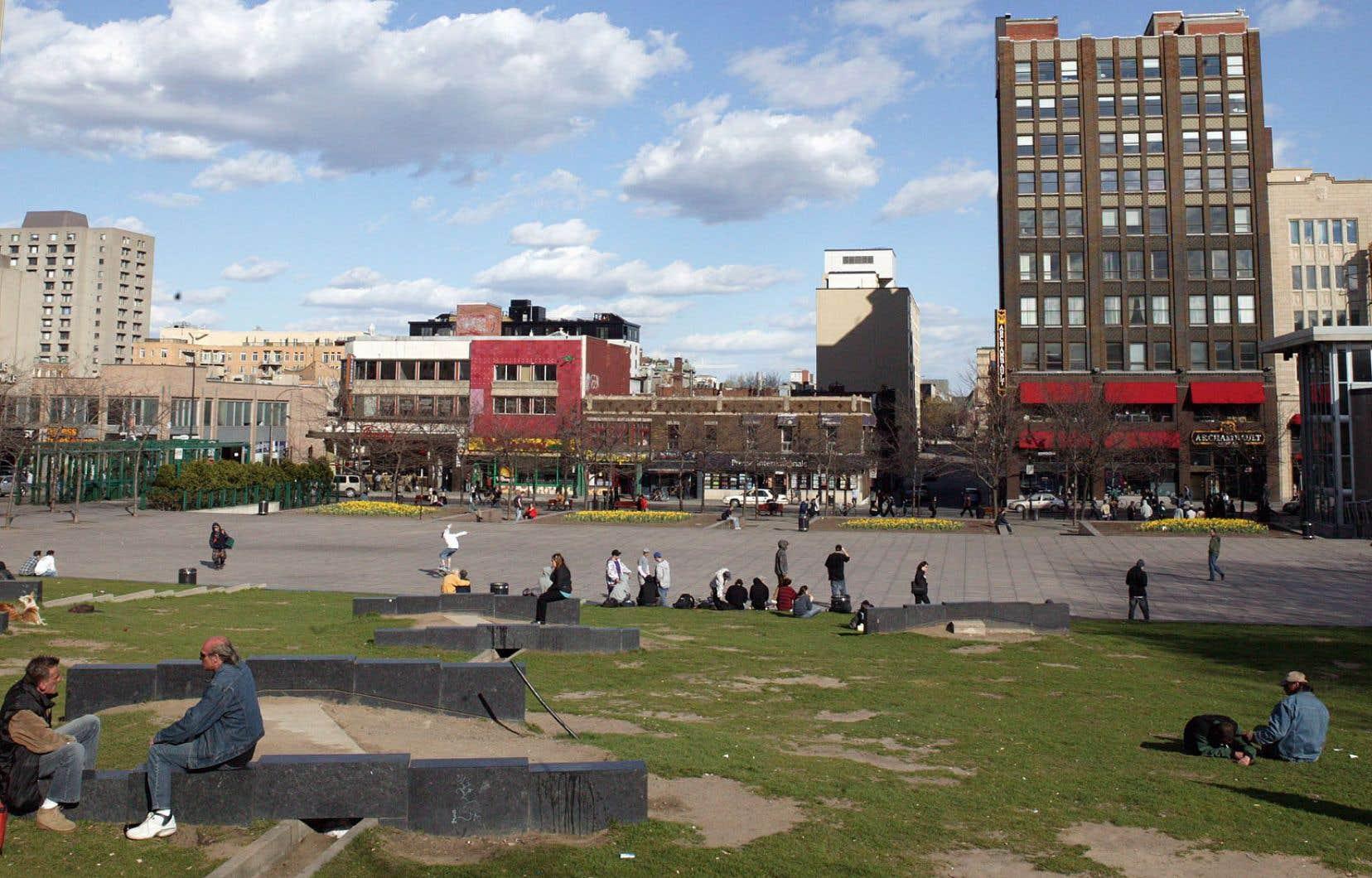 «La Direction de l'aménagement urbain et de la mobilité de l'arrondissement de Ville-Marie estime que les bâtiments de deux étages situés dans la rue Sainte-Catherine Est présentent peu d'intérêt patrimonial», affirme l'auteur.
