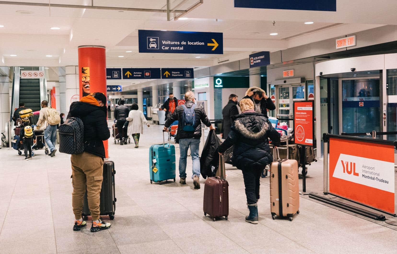 La situation actuelle irrite le gouvernement Legault, qui estime que le fédéral doit «intensifier ses efforts et sa contribution» afin de s'assurer que les voyageurs respectent la quarantaine.