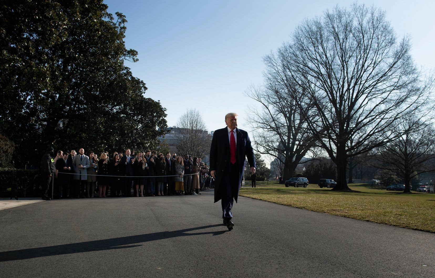 Depuis plusieurs semaines, Donald Trump n'a pris part à aucune rencontre officielle sur la gestion d'une des crises sanitaires les plus importantes que traverse son pays ni témoigné d'un réel engagement dans cette guerre.