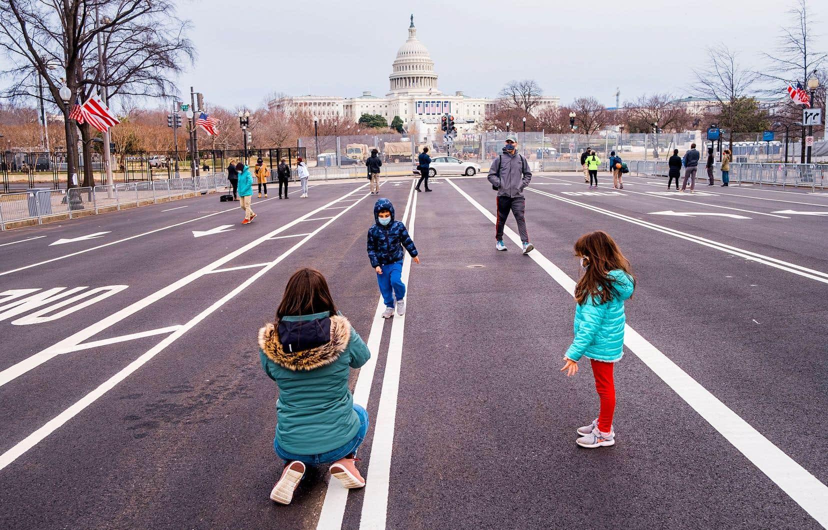 À Washington, entre les fils barbelés, les imposants grillages et les rues désertées, le secteur du Capitole a pris des airs de camp retranché à l'approche de la cérémonie d'investiture de Joe Biden.