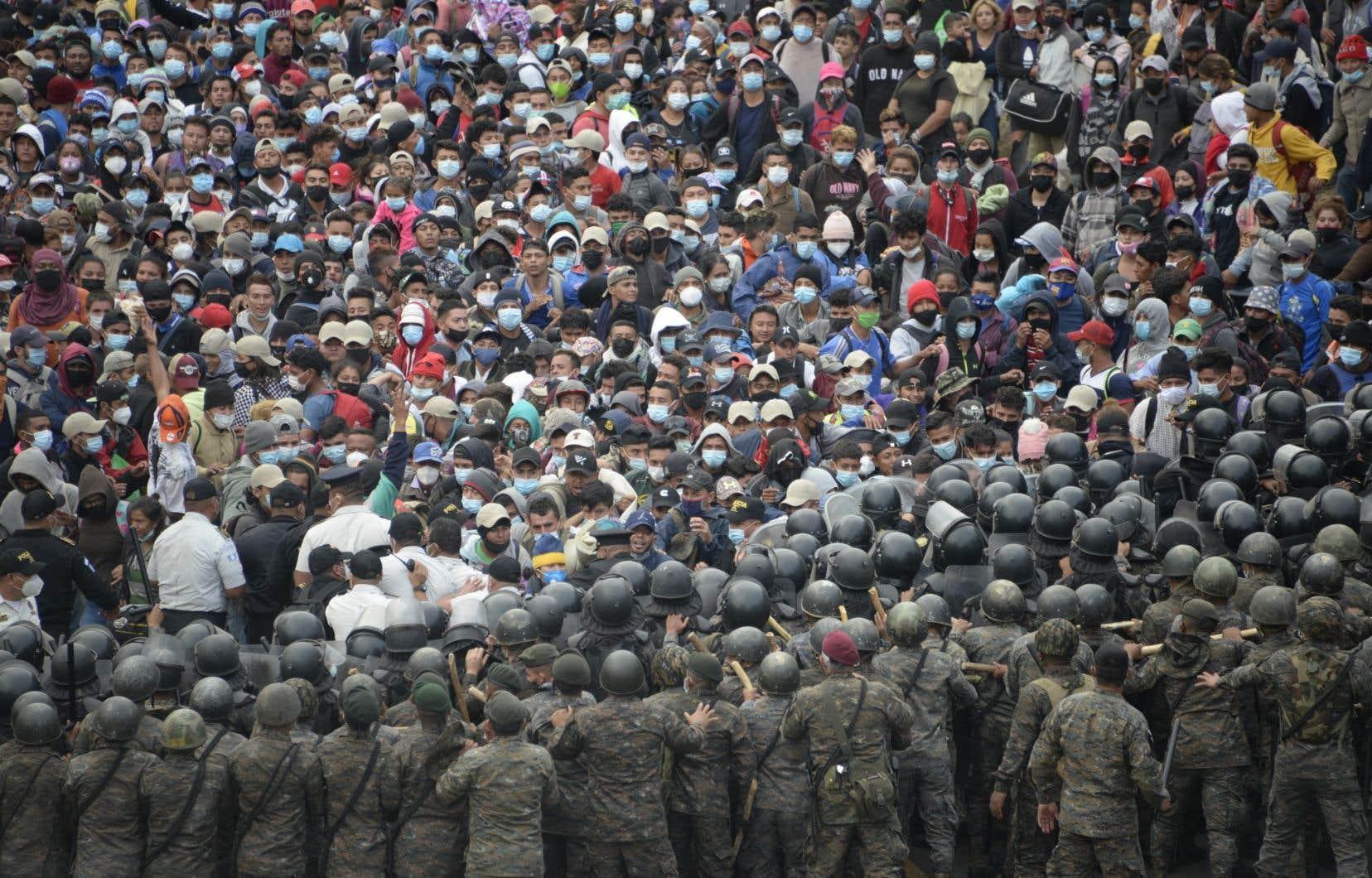 Près de 6000 migrants se sont heurtés aux policiers et aux soldats déployés à Vado Hondo, qui ont fait usage de gaz lacrymogène.