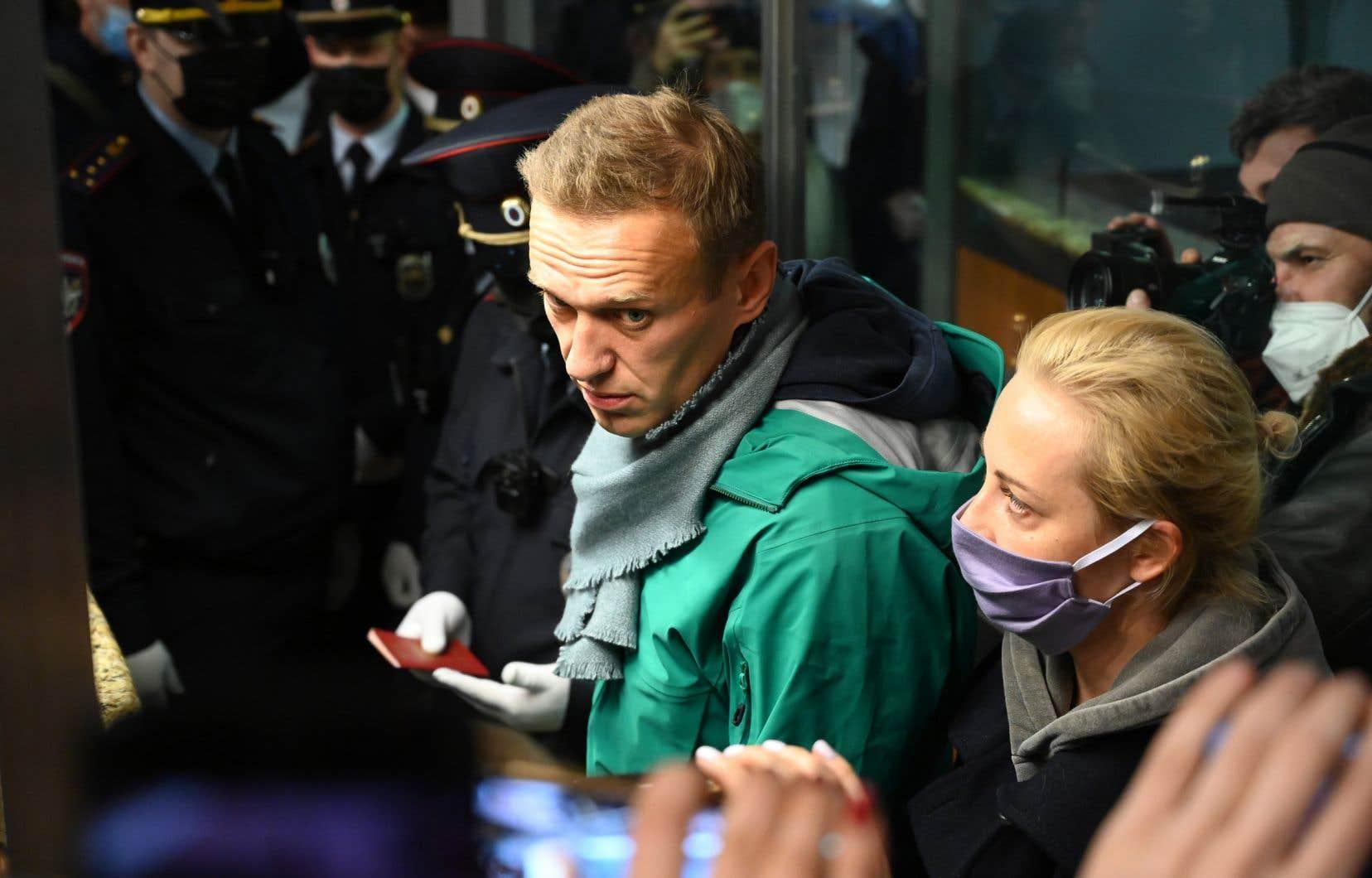 «[Alexeï] Navalny (photo) ne représente pas une réelle menace pour le pouvoir. Ce qui dérange, c'est que ses actions contribuent à un effritement lent, mais irréversible, de la popularité du président Vladimir Poutine», souligne le professeur en études internationales au Collège militaire royal de Saint-Jean, Yann Breault.