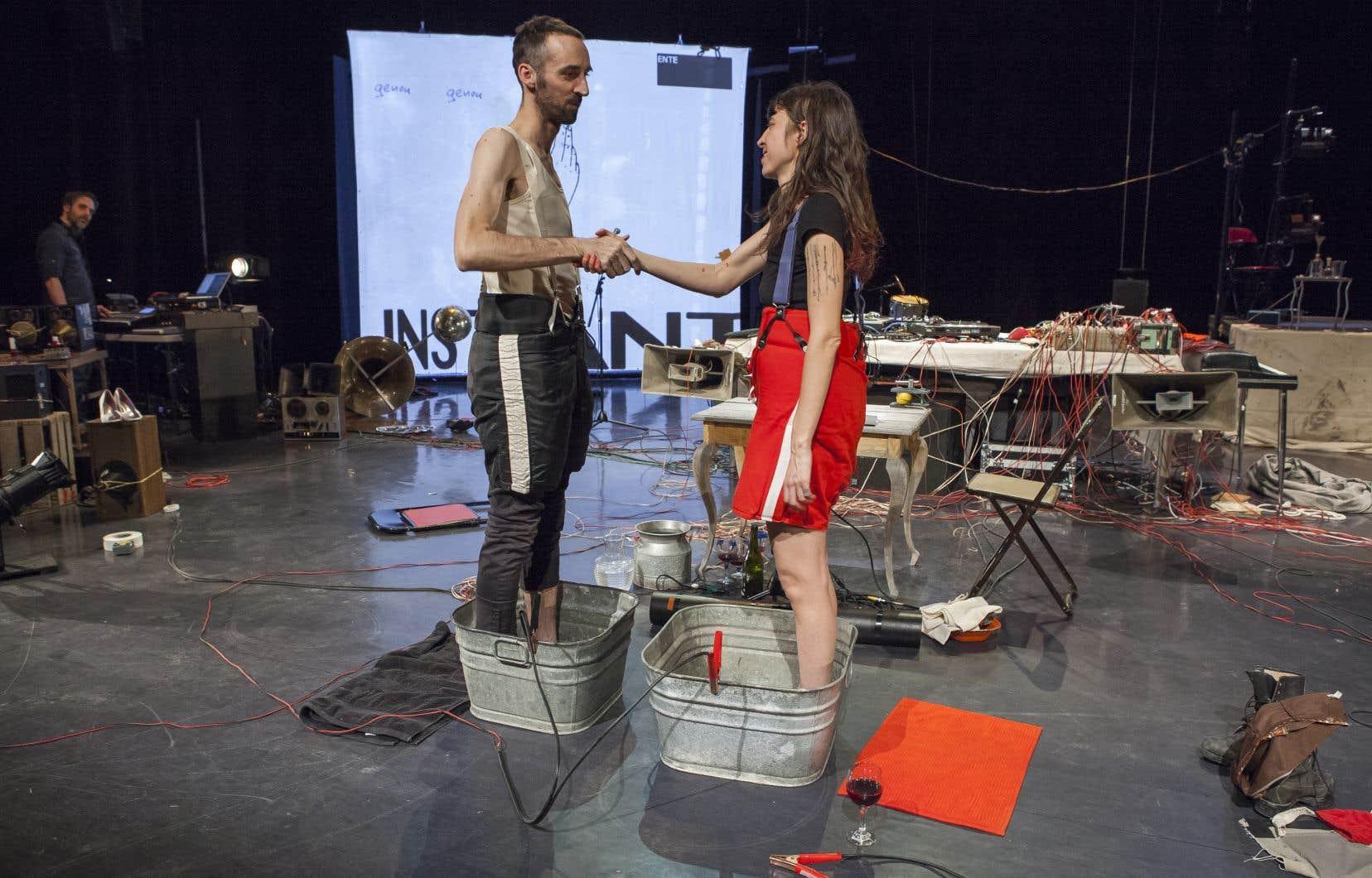 Simon Drouin et Julie Delorme dans une scène d'«Entrez, nous sommes ouverts» du Bureau de l'APA, présentée au festival TransAmériques en 2017