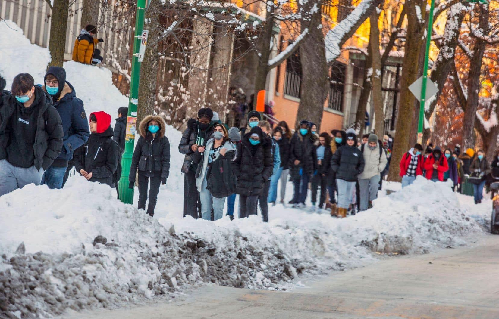 Le Centre de services scolaire Marguerite- Bourgeoys (CSSMB), dans l'ouest de Montréal, a conclu avec regret qu'il devra envoyer au dépotoir un million de masques par mois.