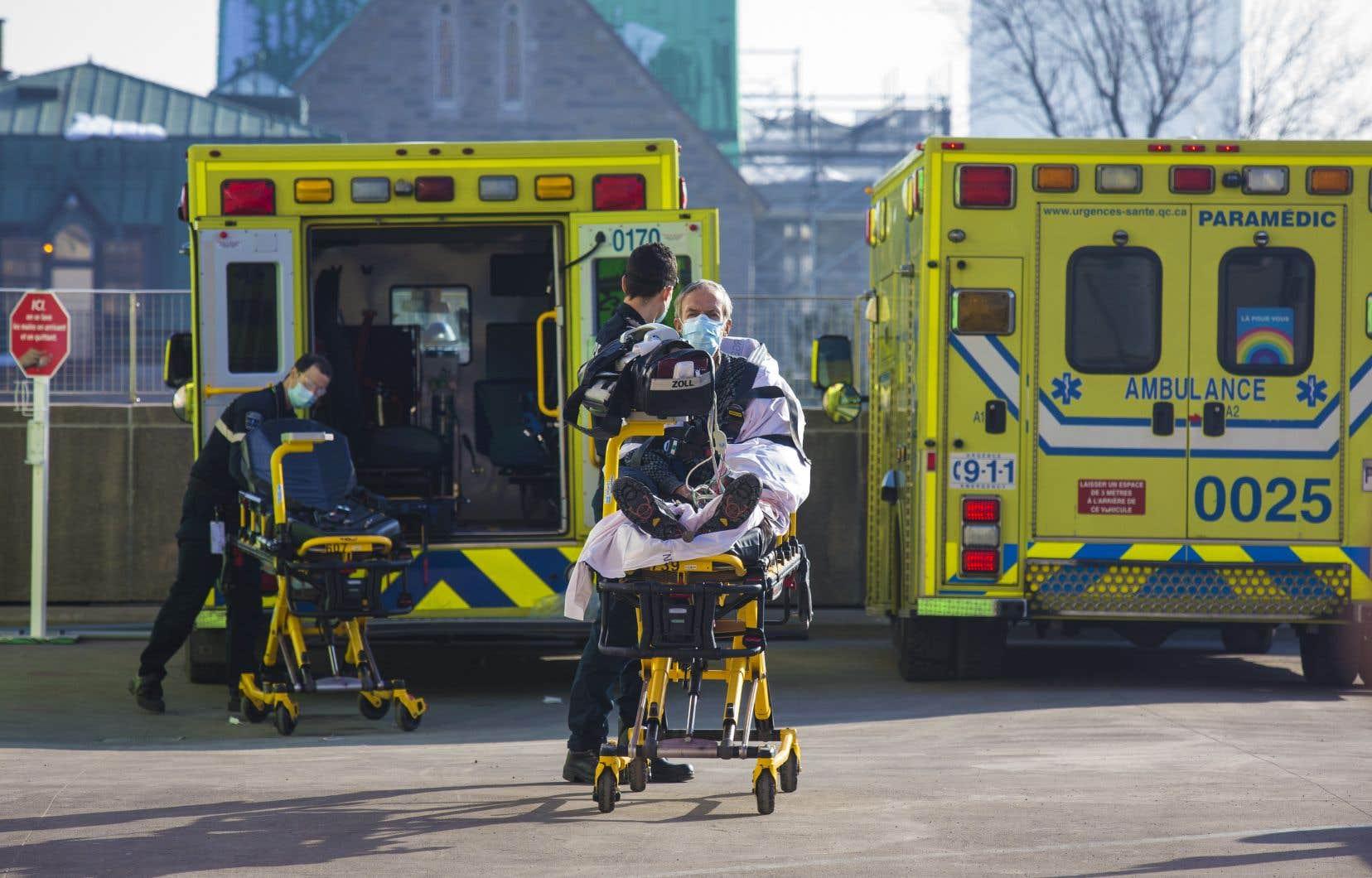 MmeMassé observe qu'alors que les hôpitaux vont peut-être devoir trier les patients par chance de survie, au privé, on fait comme si la pandémie n'existait pas.
