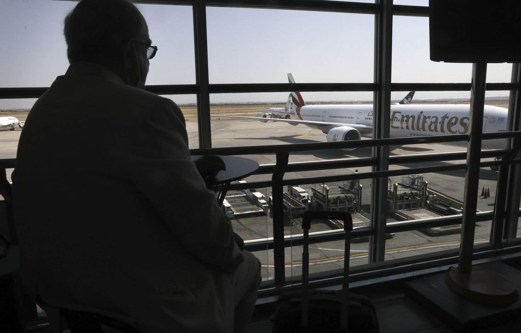 Emirates, la plus importante compagnie aérienne du Moyen-Orient, a précisé qu'elle mettrait en œuvre la première phase du test en avril, à Dubaï, une cité-État qui a largement rouvert ses frontières aux touristes internationaux.