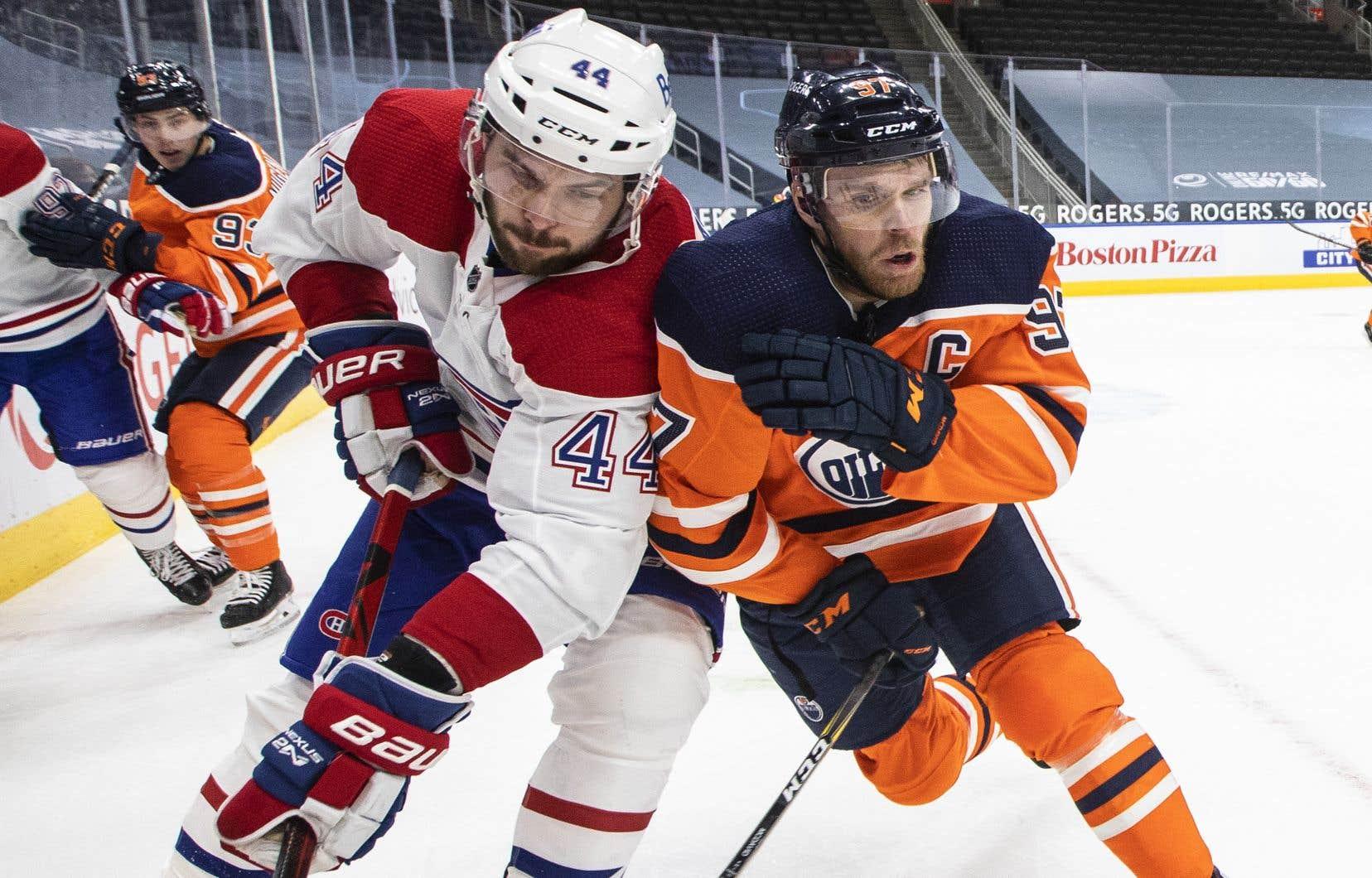 Joel Edmundson et le capitaine des Oilers, Connor McDavid, lors de la rencontre de lundi.