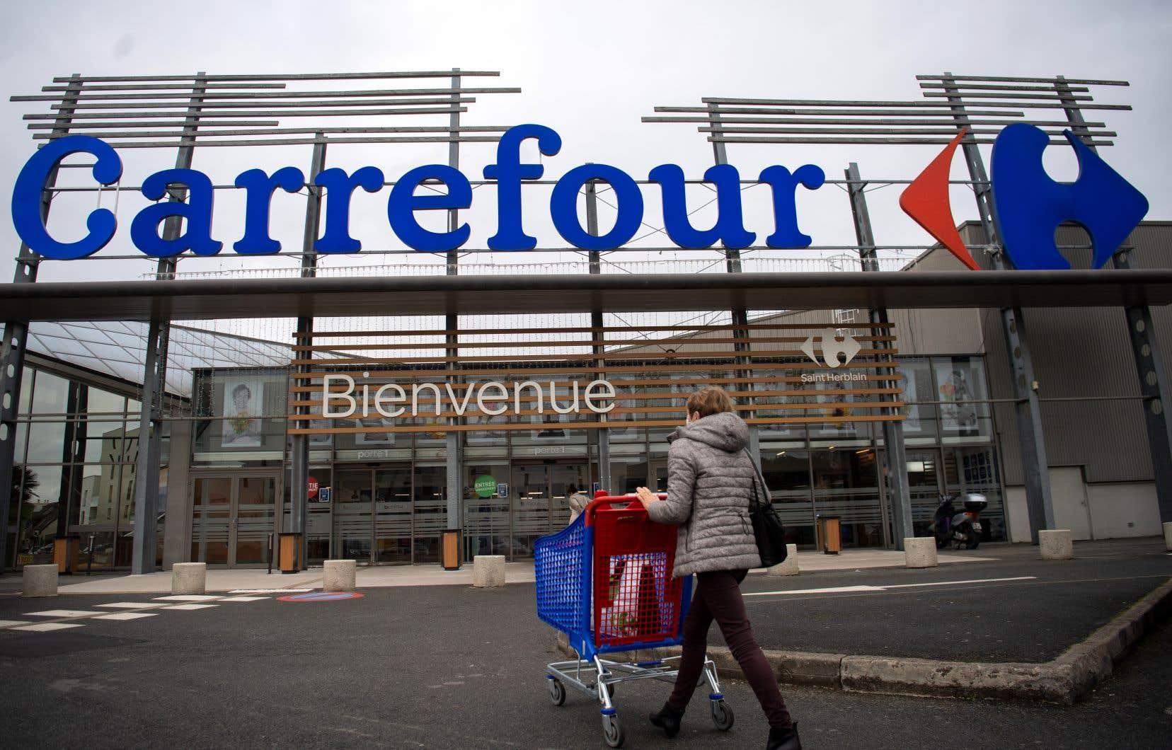 Une femme entre dans un supermarché Carrefour, en France, le 13 janvier dernier.