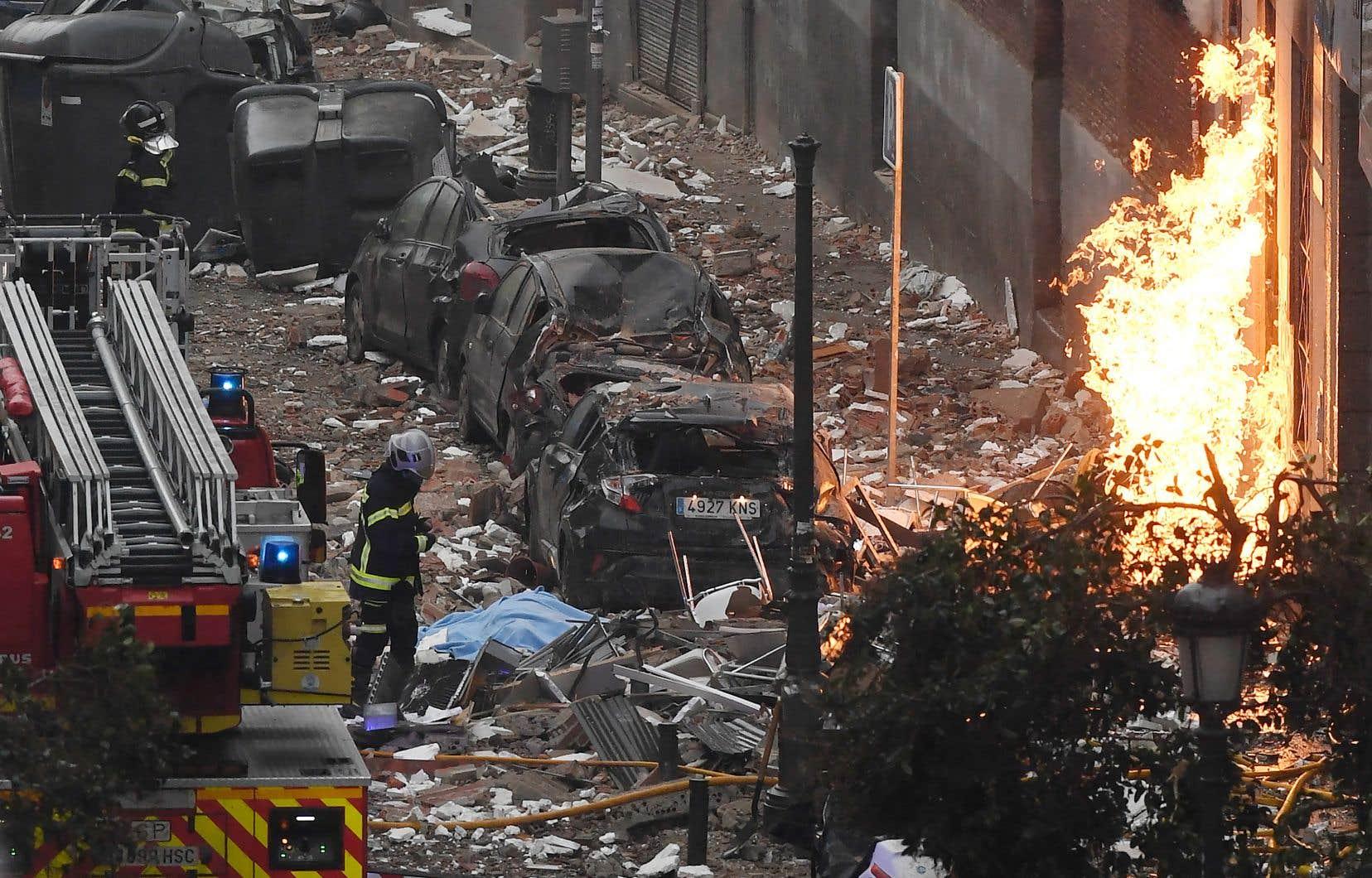 Six étages du bâtiment ont été soufflés et la façade a été complètement éventrée. En début de soirée, des flammes étaient encore visibles au niveau du sous-sol.