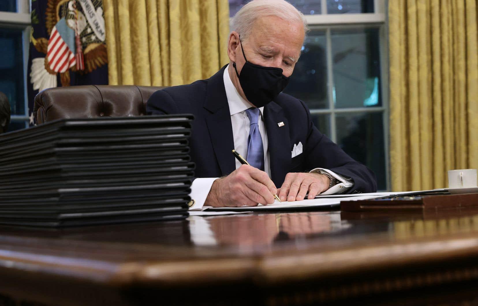 Le président américain, Joe Biden, a signé mercredi, quelques heures seulement après sa prise de fonction, une série de décretsdepuis le Bureau ovale.