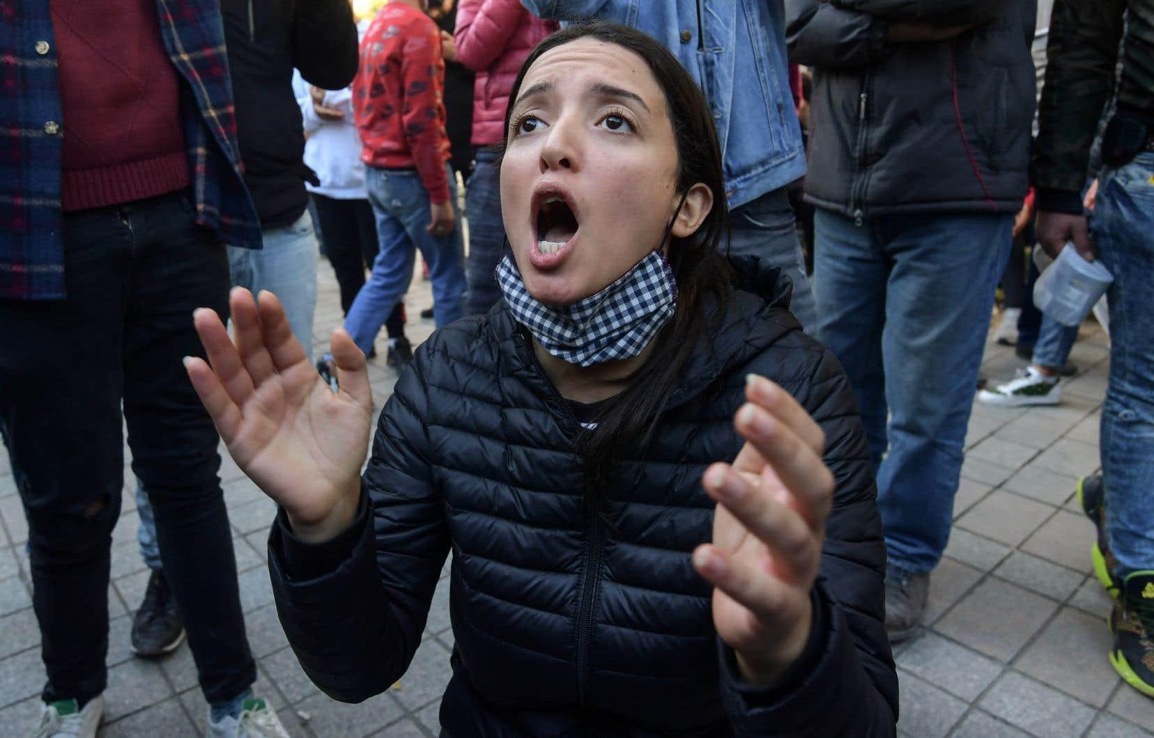 À Tunis, les protestataires, dont de nombreux étudiants, ont scandé les slogans de la révolution de 2011, «travail, liberté, dignité nationale», sur la principale artère du pays, l'avenue Bourguiba.