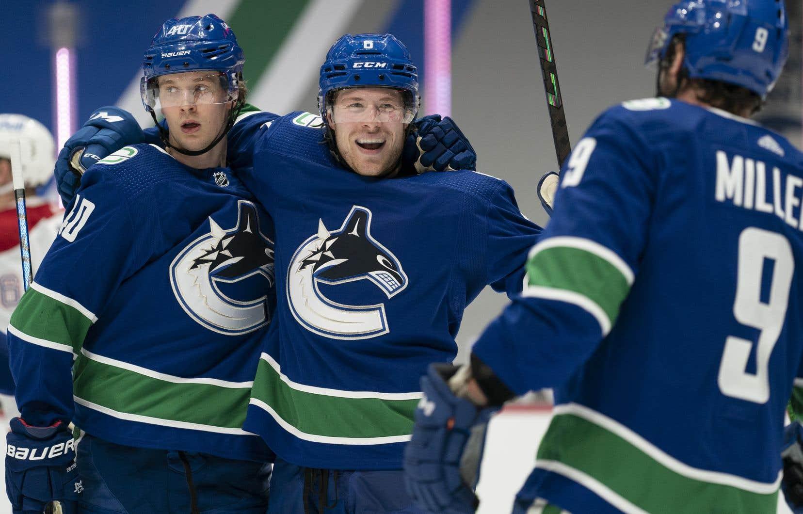 Des joueurs des Canucks de Vancouver célèbrent leur victoire