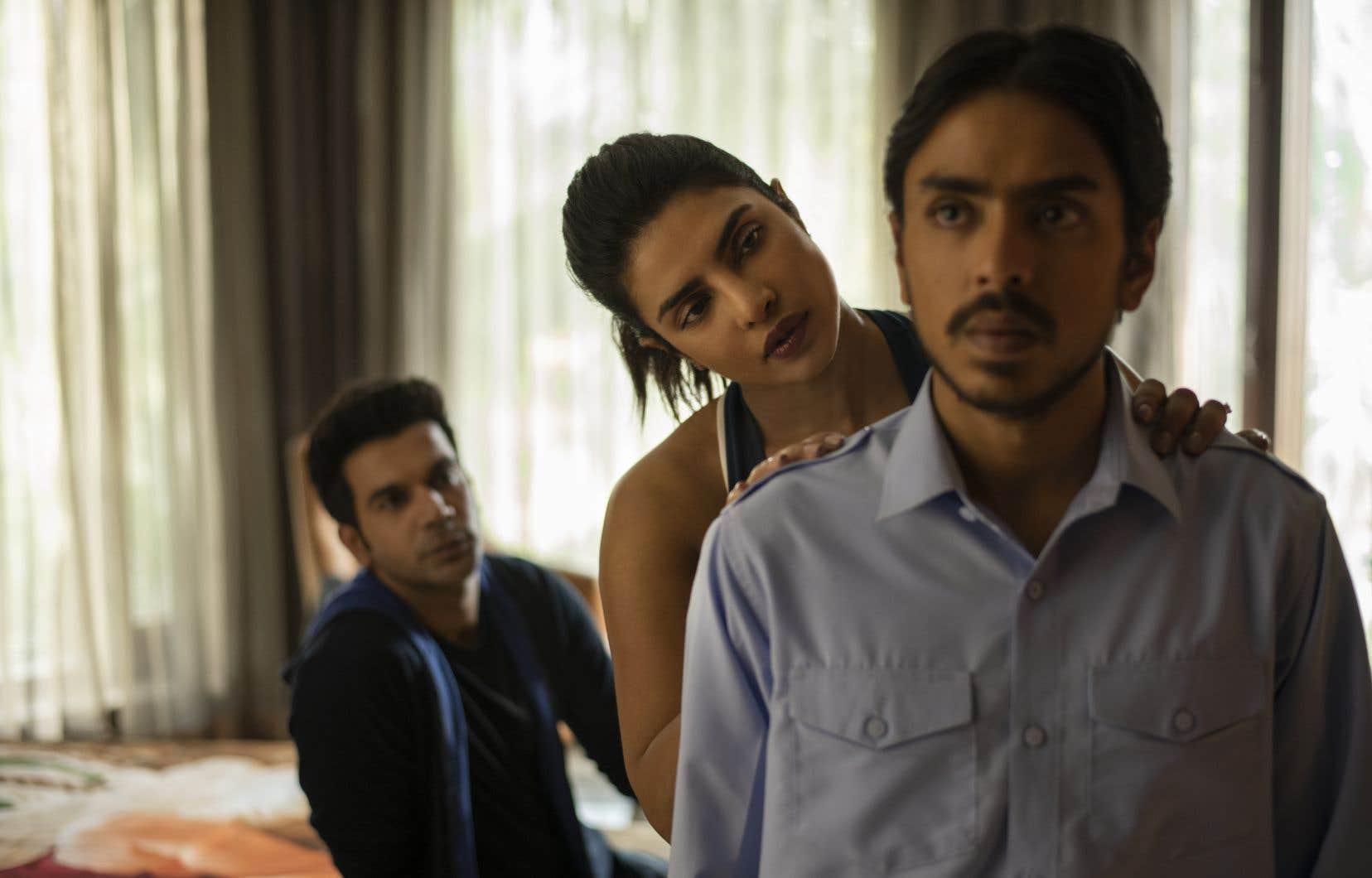 Balram (Adarsh Gourav, devant) entre au service d'Ashok (Rajkummar Rao) et Pinky (Priyanka Chopra), un couple riche fraîchement revenu des États-Unis. C'est à leur contact qu'il prendra conscience de l'ampleur de la corruption en Inde.