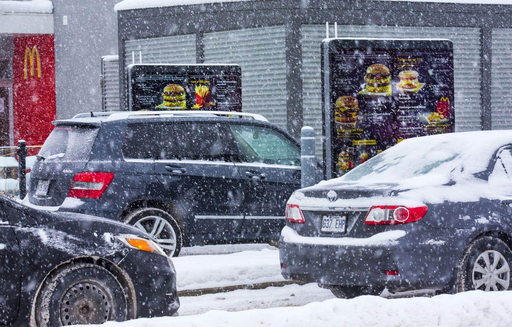 Plusieurs villes canadiennes, comme Toronto et Vancouver, ont interdit l'aménagement de services de restauration à l'auto, alors que quatre arrondissements de Montréal les ont bannis totalement ou partiellement.