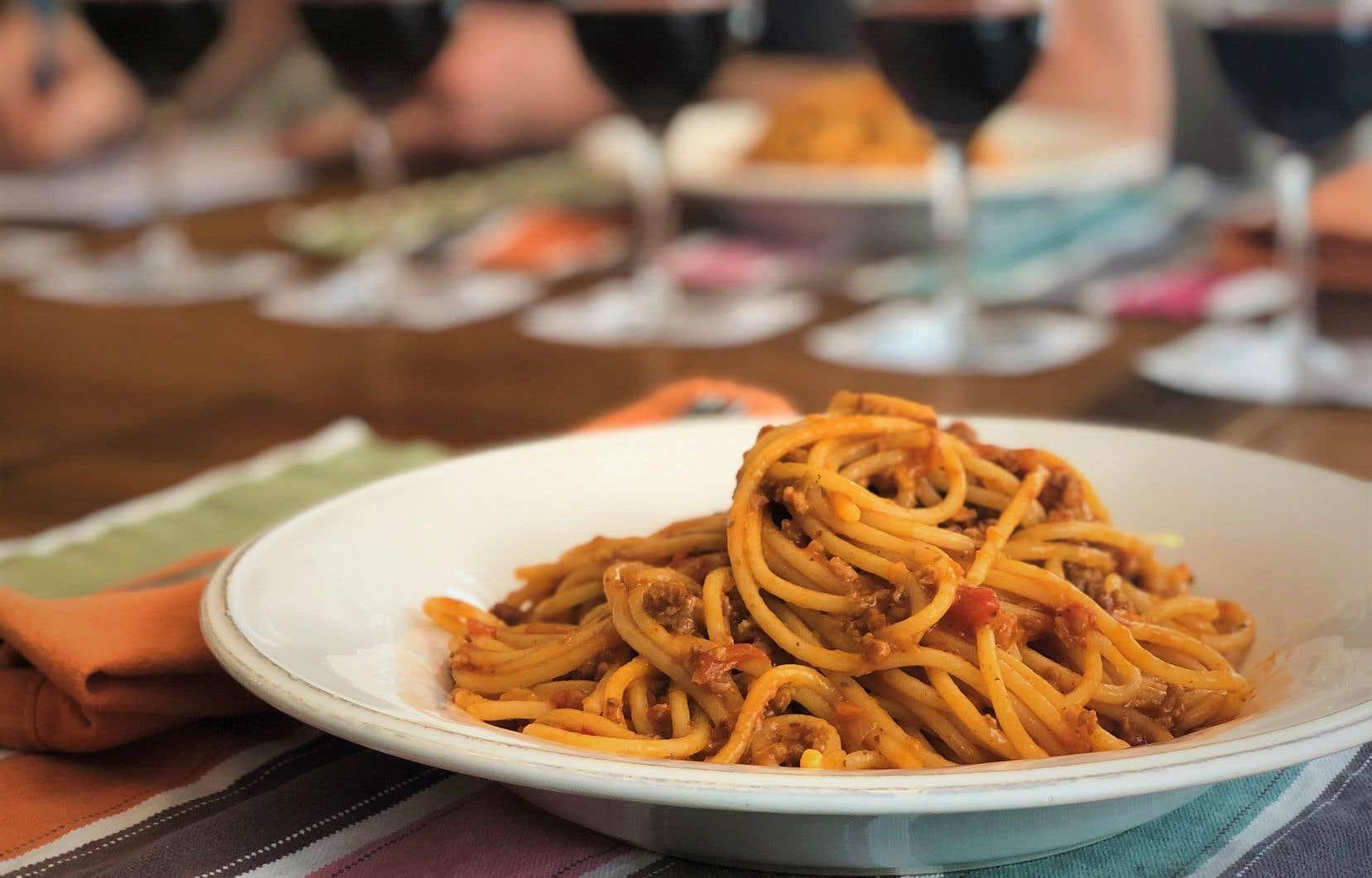 Ce grand cépage, sans doute le plus planté et le plus cloné en Italie, s'attable à merveille avec la sauce à la viande où l'acidité de la tomate domine.