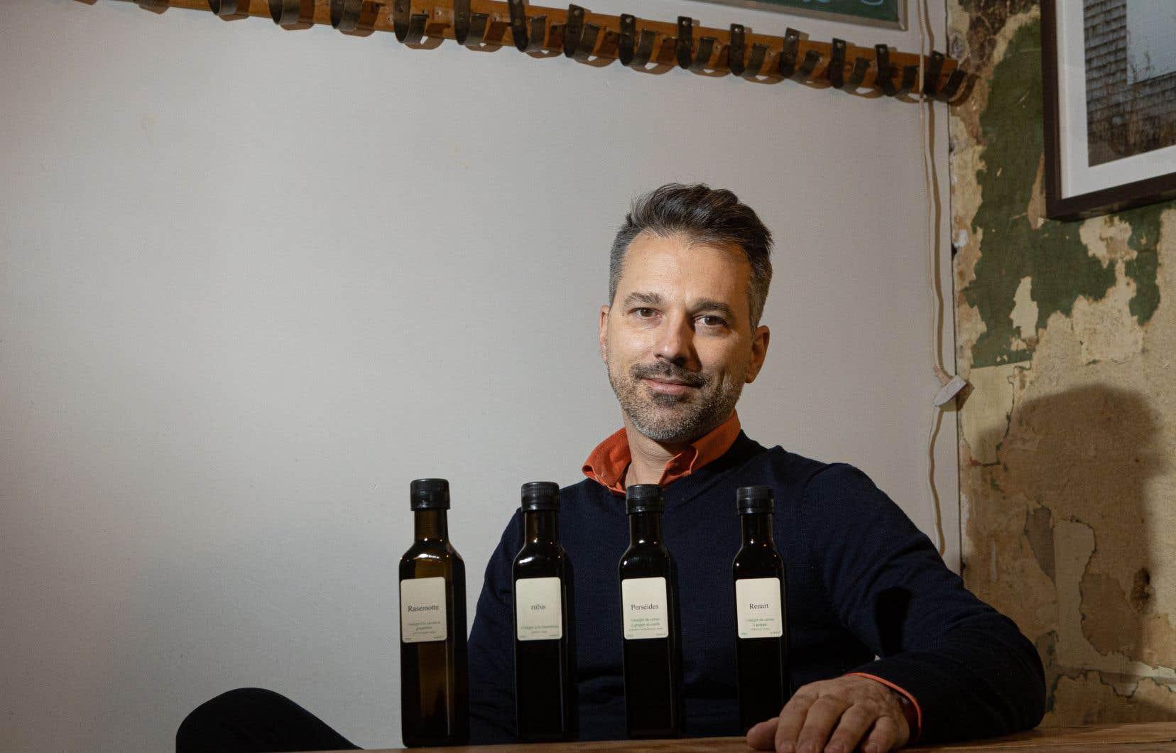 Jean-François Pelchat, de Villa vinaigres  Jardins,  produit  10 variétés  de vinaigres distribuées dans une dizaine  de boutiques  un peu partout au Québec.