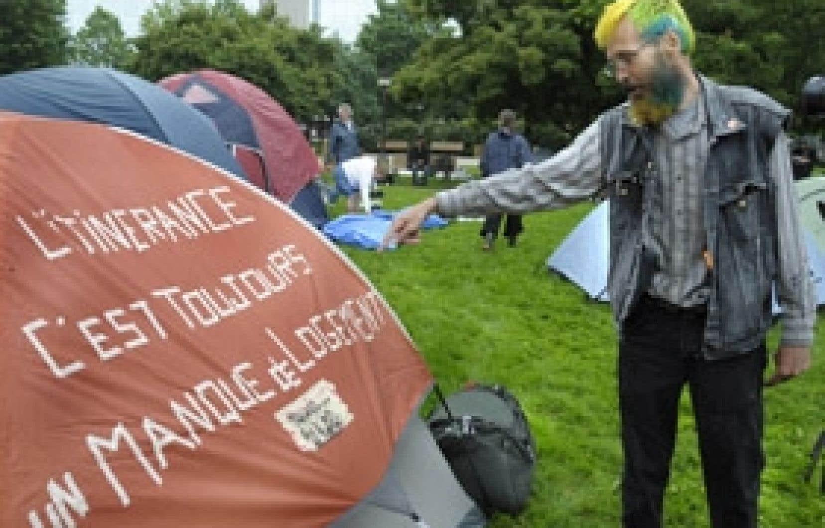 Hier matin, ils étaient une trentaine de citoyens à s'activer sous la pluie pour planter leurs tentes en plein centre-ville.