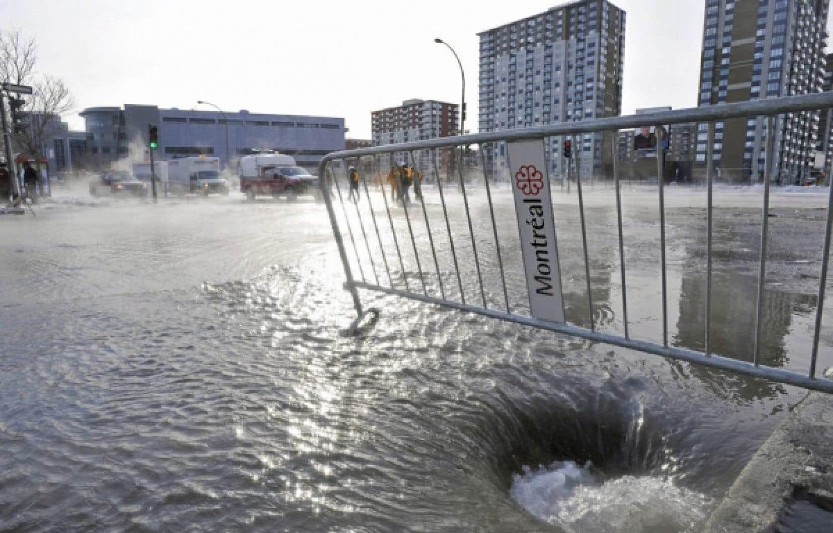 À Montréal, les pertes d'eau potable dues à des failles du réseau d'aqueduc représentent 40% de l'eau traitée. Le gouvernement québécois veut plafonner les pertes à 20 % dans les réseaux municipaux d'ici cinq ans. Ci-dessus, une inondation survenue dans la métropole à la suite du bris d'une conduite d'aqueduc en 2009.