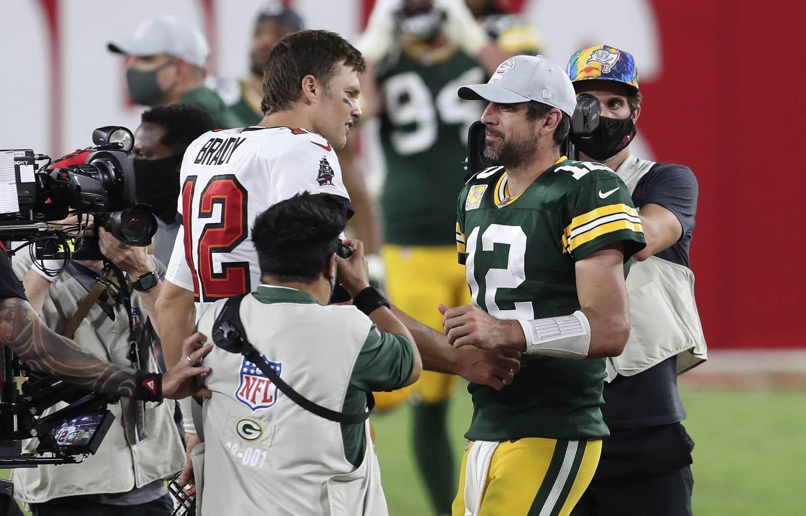 Tom Brady, à gauche, et Aaron Rodgers lors d'un match le 18 octobre 2020 à Tampa, en Floride.