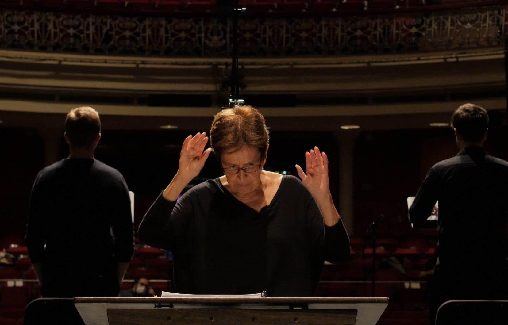 Dans un Monument national vide de tout, nous avons une lecture d'extraits de l'ouvrage: le Nouvel Ensemble Moderne (NEM), dirigé par Lorraine Vaillancourt est en fond de scène, les solistes en avant avec leur partition.
