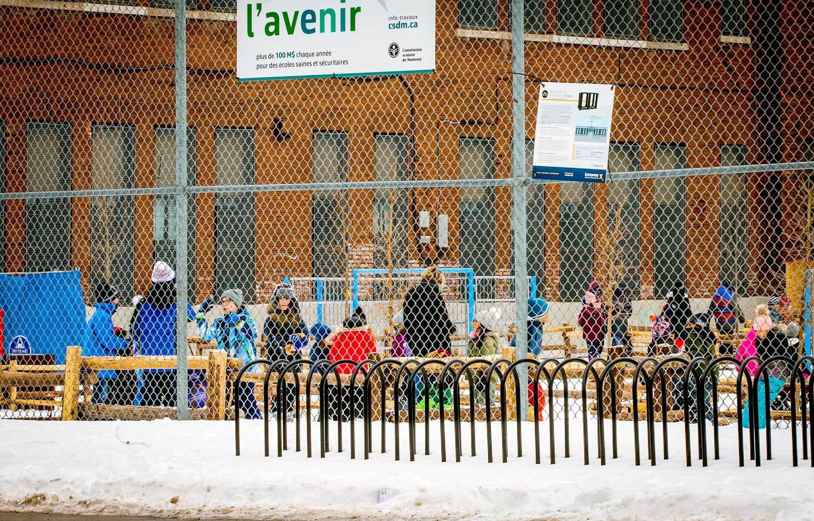 La Centrale des syndicats du Québec (CSQ) et ses fédérations scolairesexigent entre autres de fermer les locaux des écoles qui ne sont pas ventilés, de retirer immédiatement les femmes enceintes des établissements et de constituer un calendrier d'entretien et de tests, qui serait rendu public.