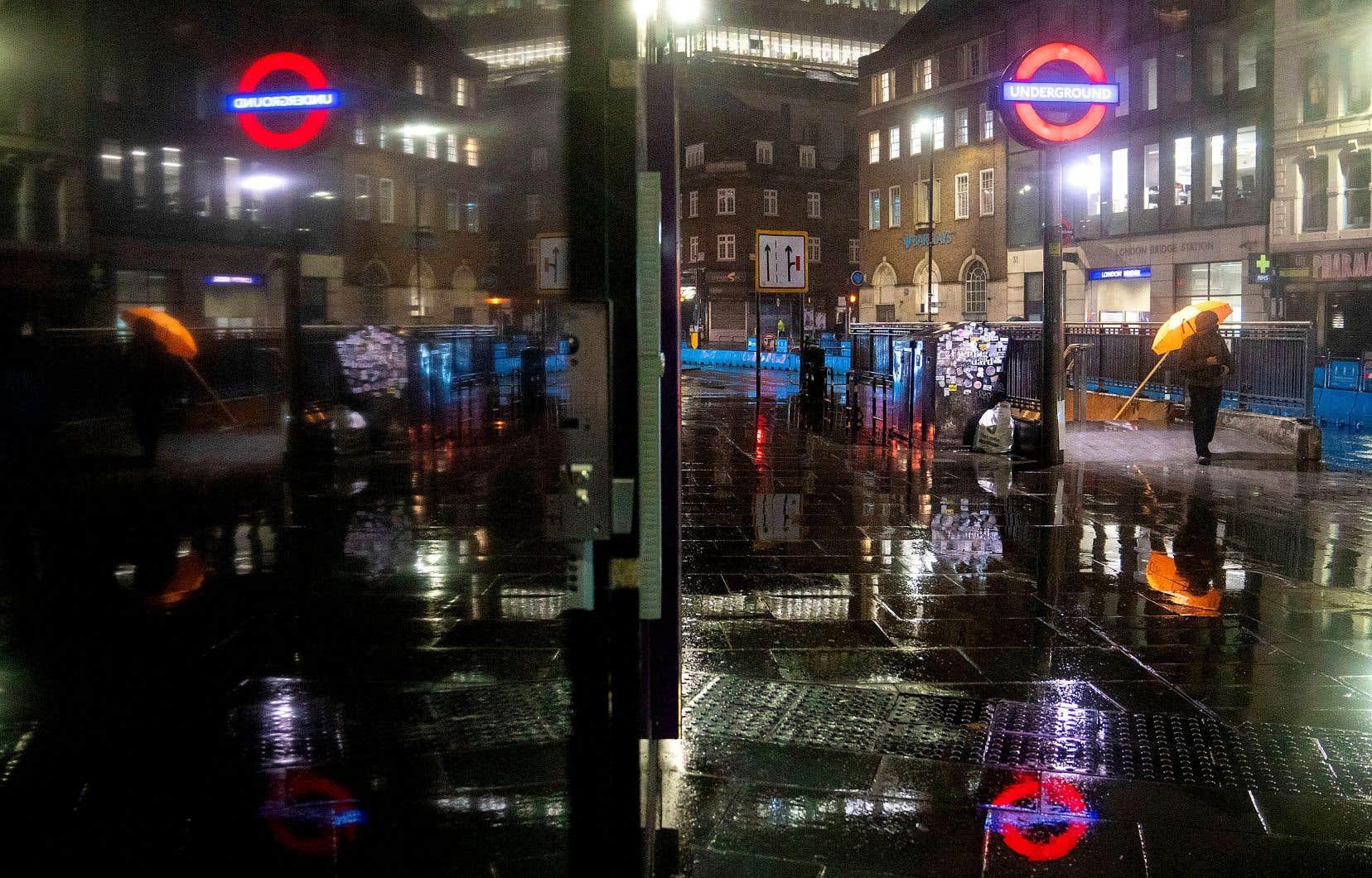 Les rues de la capitale anglaise, près du pont de Londres, étaient pratiquement vides mardi soir, en plein couvre-feu.