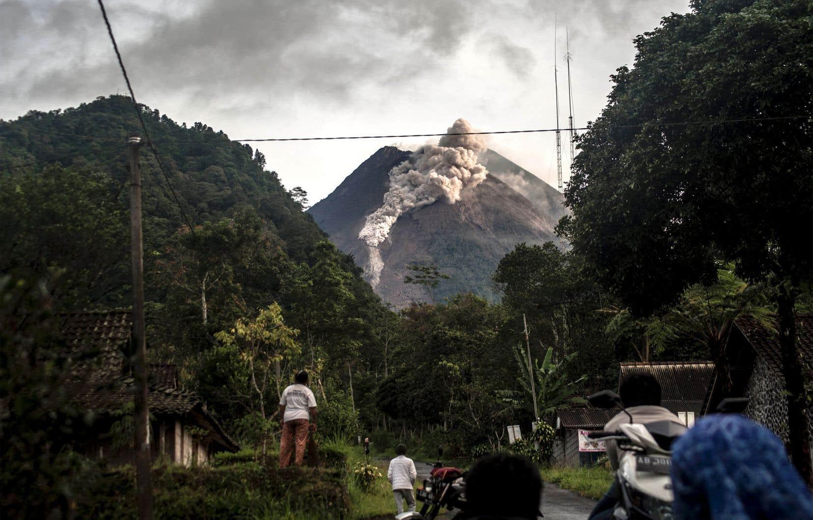 <p>La dernière éruption majeure du Merapi remonte à 2010 et avait tué plus de 300 personnes, contraignant plus de 280000 habitants à évacuer.</p>