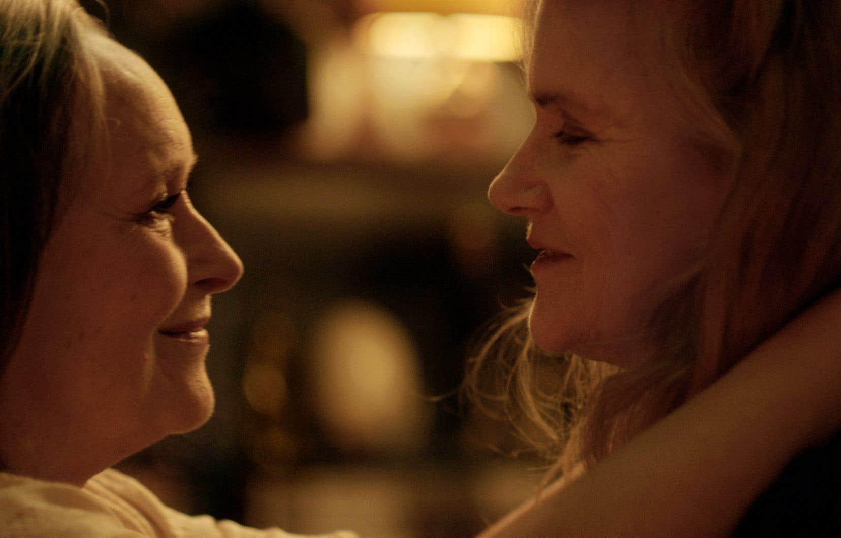 Aux derniers prix Lumière, le prix d'interprétation a été décerné aux actrices de «Deux»; Martine Chevallier en femme qui s'enfonce dans la démence et Barbara Sukova en compagne qui veut s'en occuper.