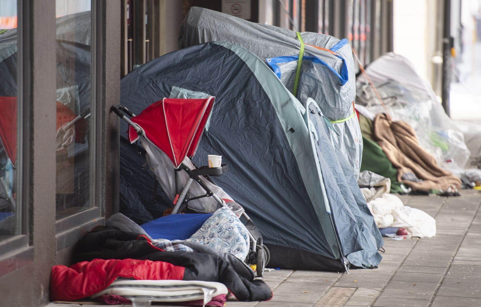 FrançoisLegault s'est défendu en disant que l'objectif n'a jamais été de distribuer des contraventions aux sans-abri.