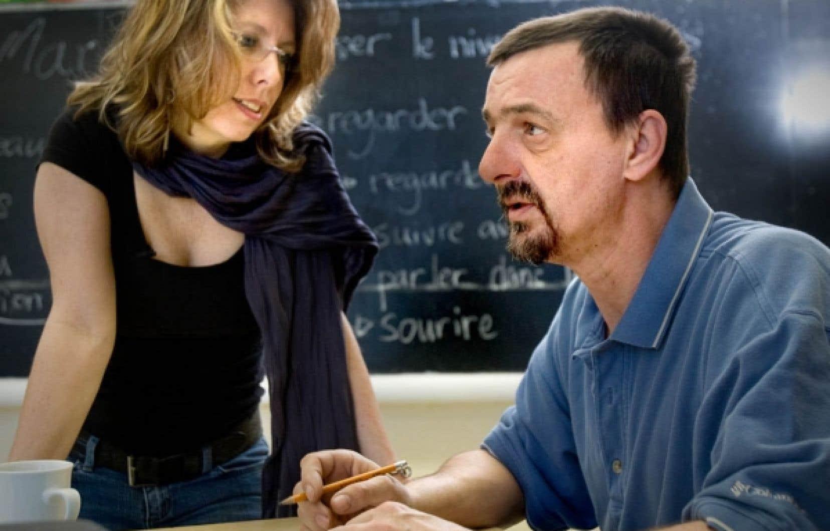 Martine Fillion, responsable pédagogique à l'atelier des lettres, avec Réjean Coe, qui apprend à lire et à écrire «pour son fils».<br />