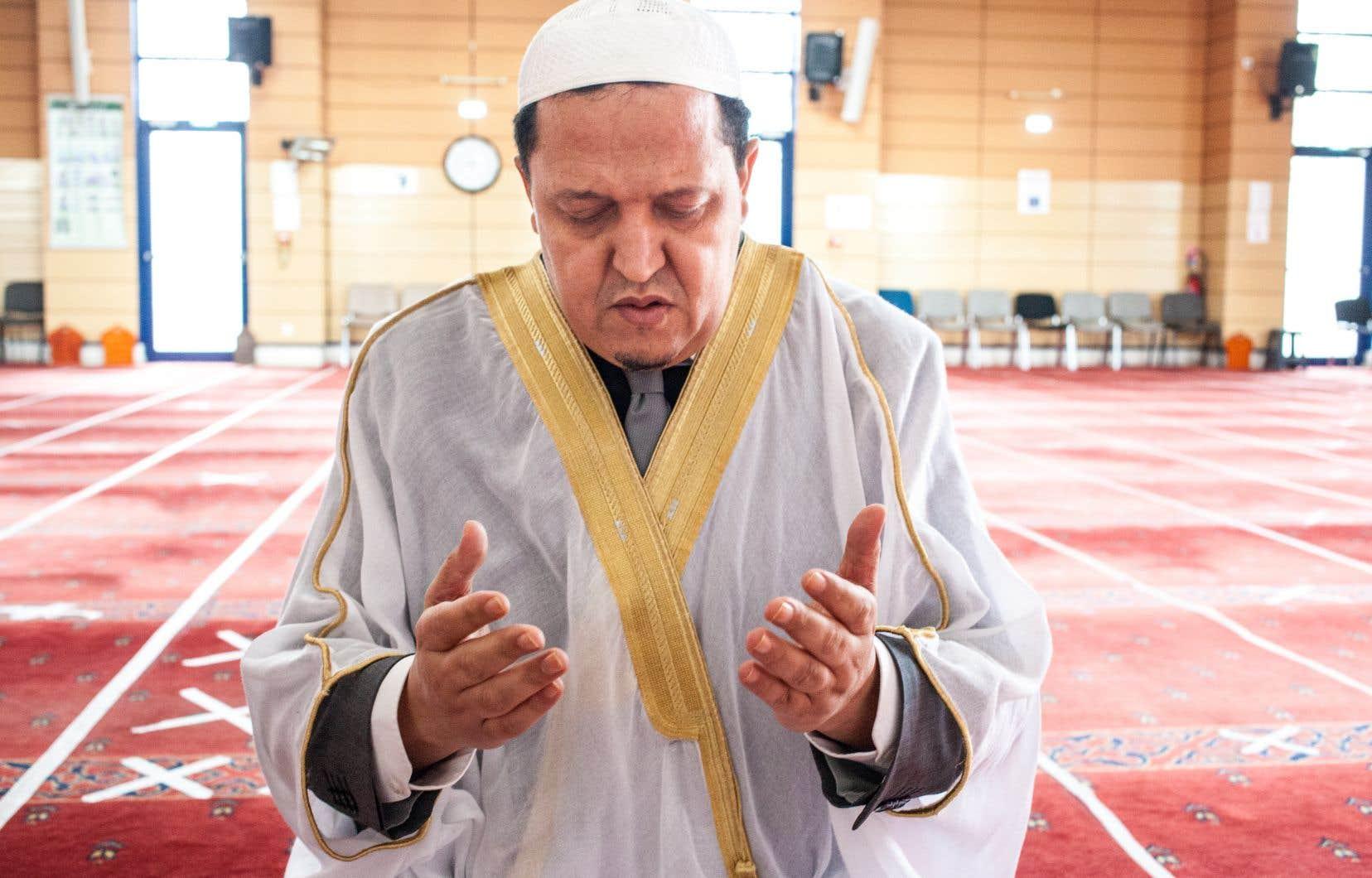 Hassen Chalghoumi est un des très rares imams à avoir qualifié les attentats de «Charlie Hebdo»de «barbares» et de «criminels», à avoir soutenu l'interdiction du port du voile intégral dans l'espace public et à considérer la laïcité française comme un bienfait pour ses coreligionnaires. «La laïcité, c'est simplement le respect de tout le monde», avance-t-il.