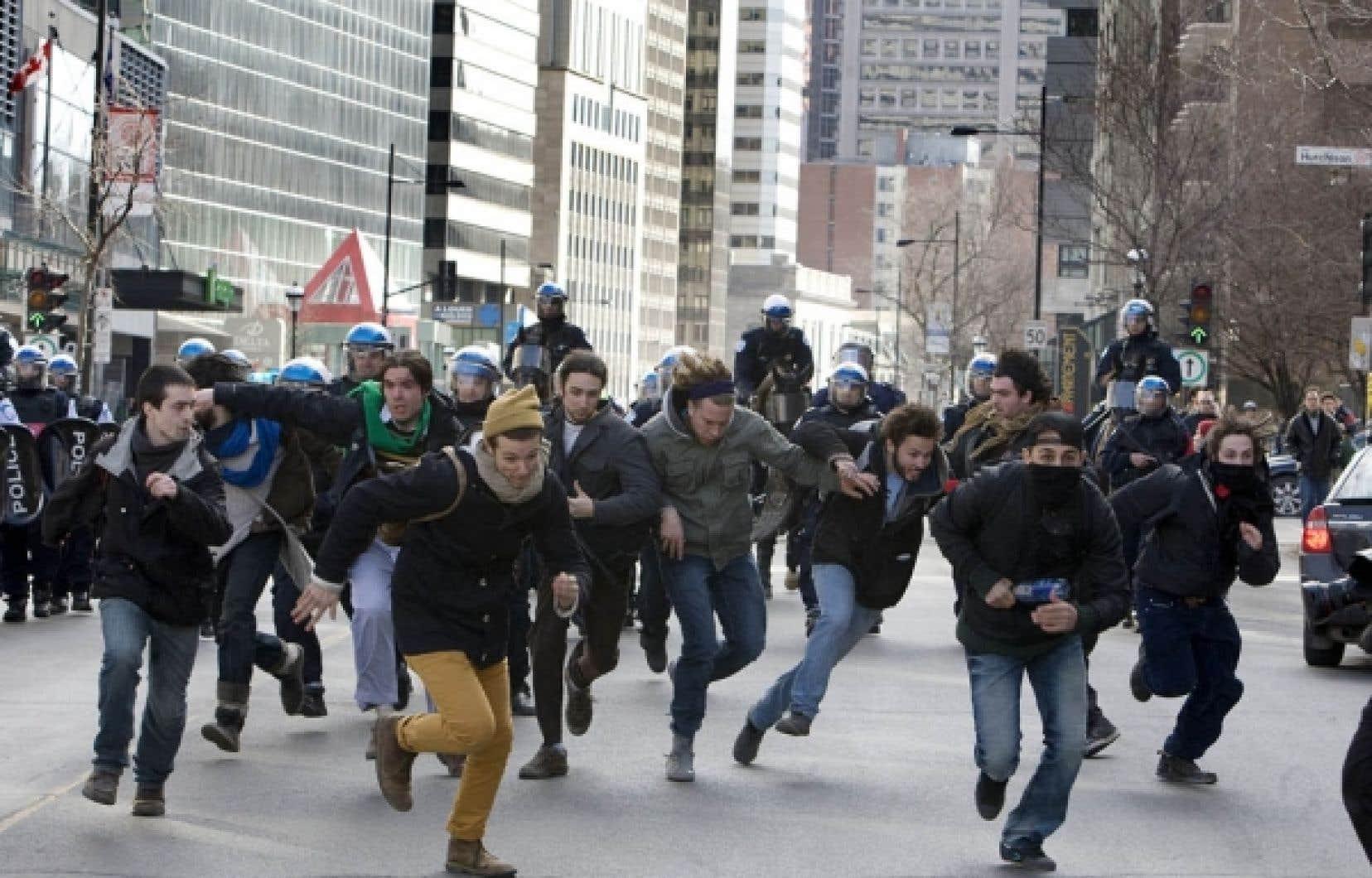 L'atmosphère était plutôt festive au départ de la manifestation étudiante, mais cela n'a pas empêché les policiers d'assurer une haute surveillance, à pied, à vélo, à cheval et en hélicoptère.<br />