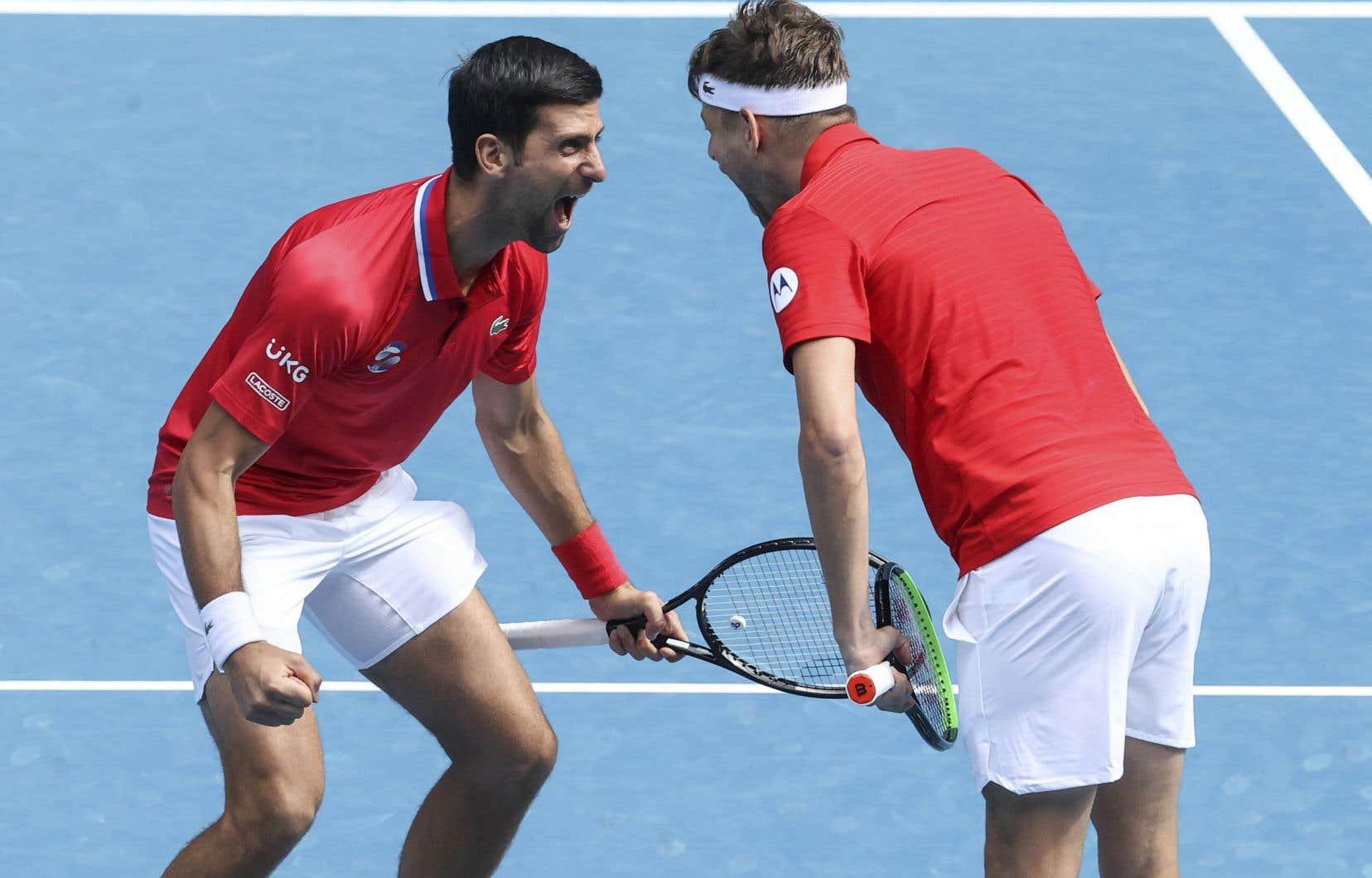Novak Djokovic et Filip Krajinovic célèbrent leur victoire contre l'équipe canadienne, le 2 février à Melbourne.