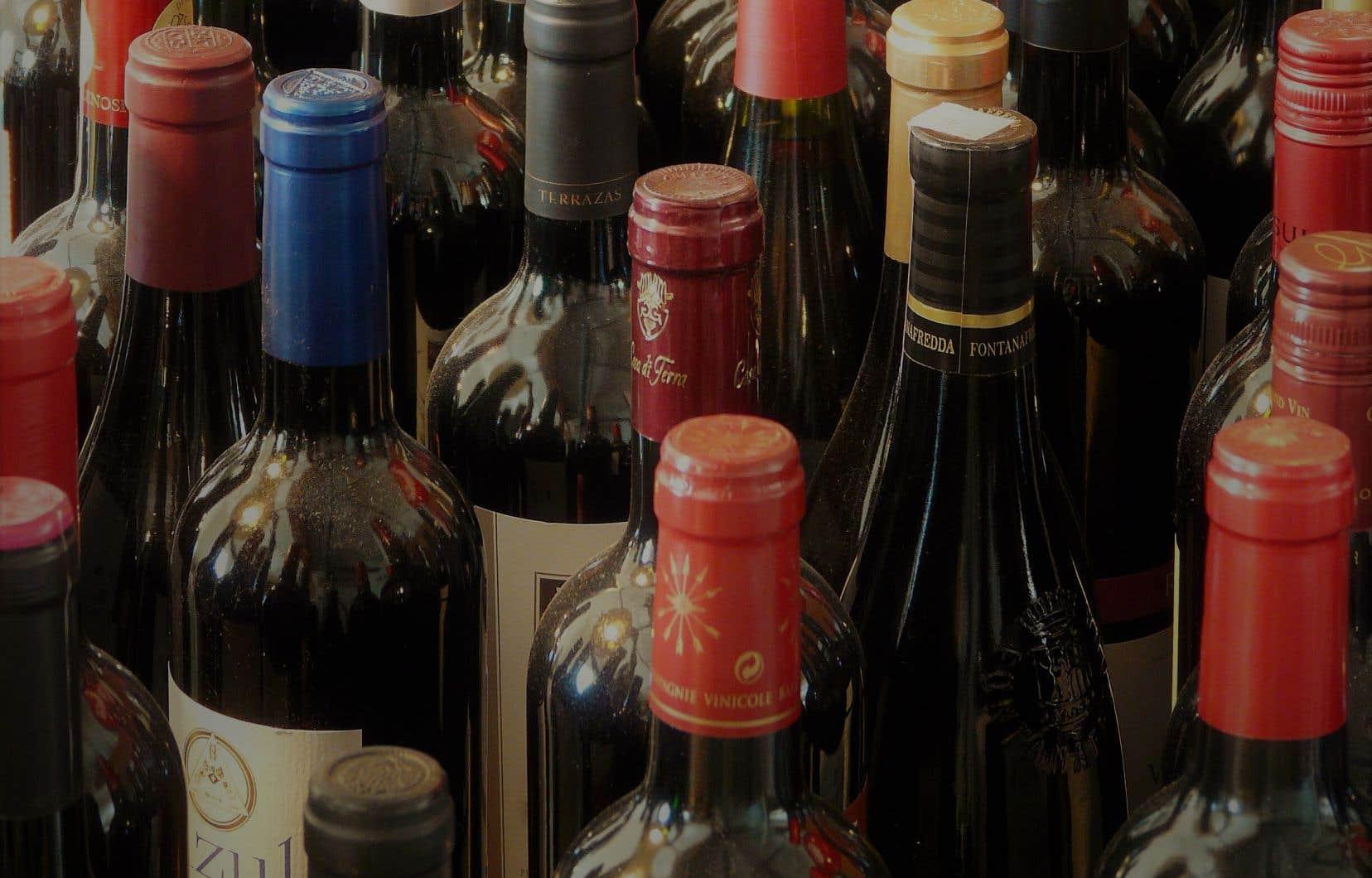 Idéalement, le verre devrait être préalablement rincé, dépouillé de sa collerette de plastique ou de plomb.