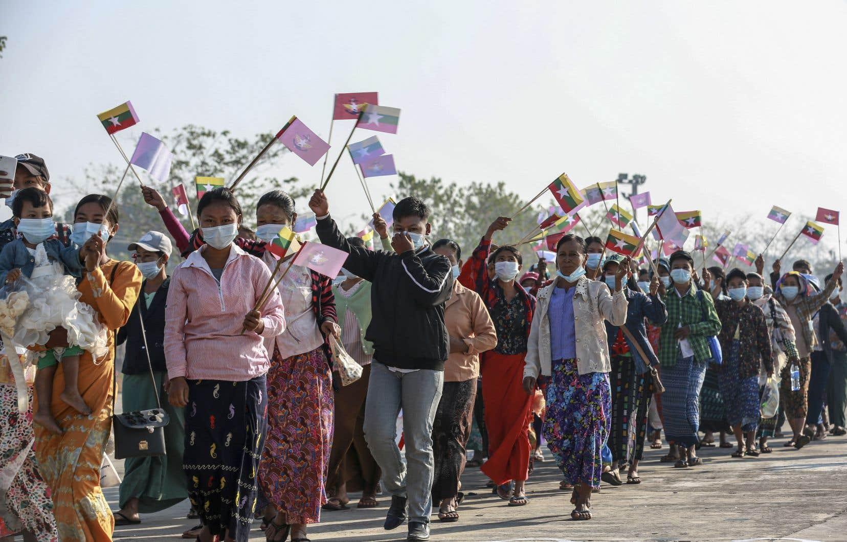 Jeudi, plusieurs centaines de partisans de l'armée se sont réunis à Naypyidaw, la capitale du Myanmar.