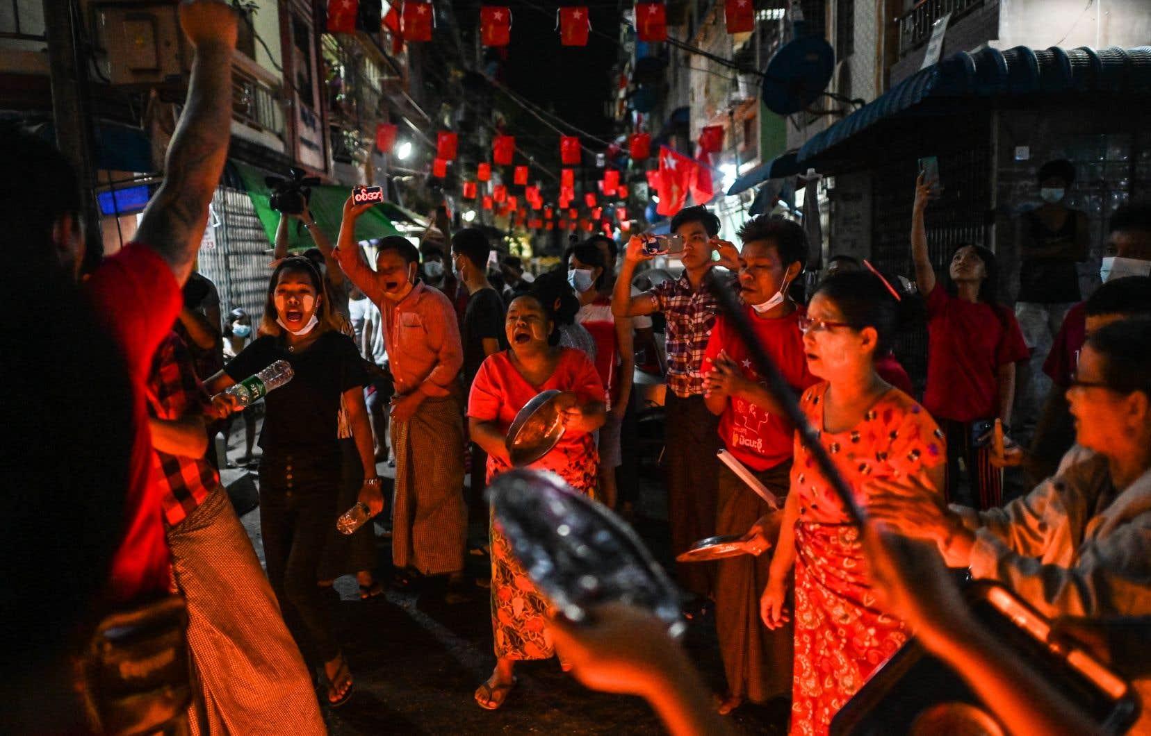 À la tombée de la nuit, des habitants de Rangoun ont une fois de plus klaxonné et tapé sur des casseroles pour «chasser les démons», les militaires.