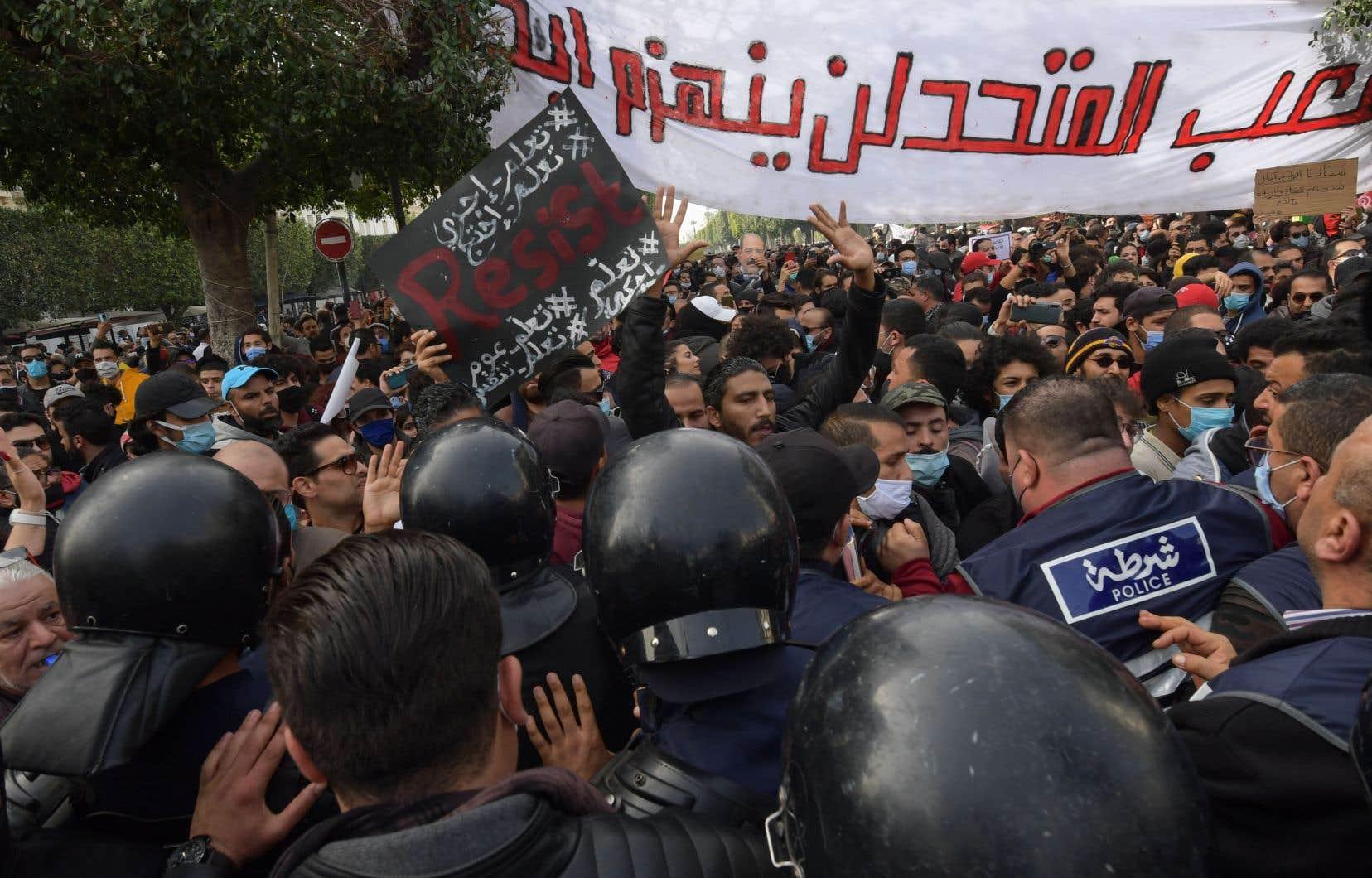 Vendredi, des dizaines d'organisations ont dénoncé des dérives policières et appelé à sanctionner les débordements de syndicats de policiers qui ont menacé des manifestants antisystème.