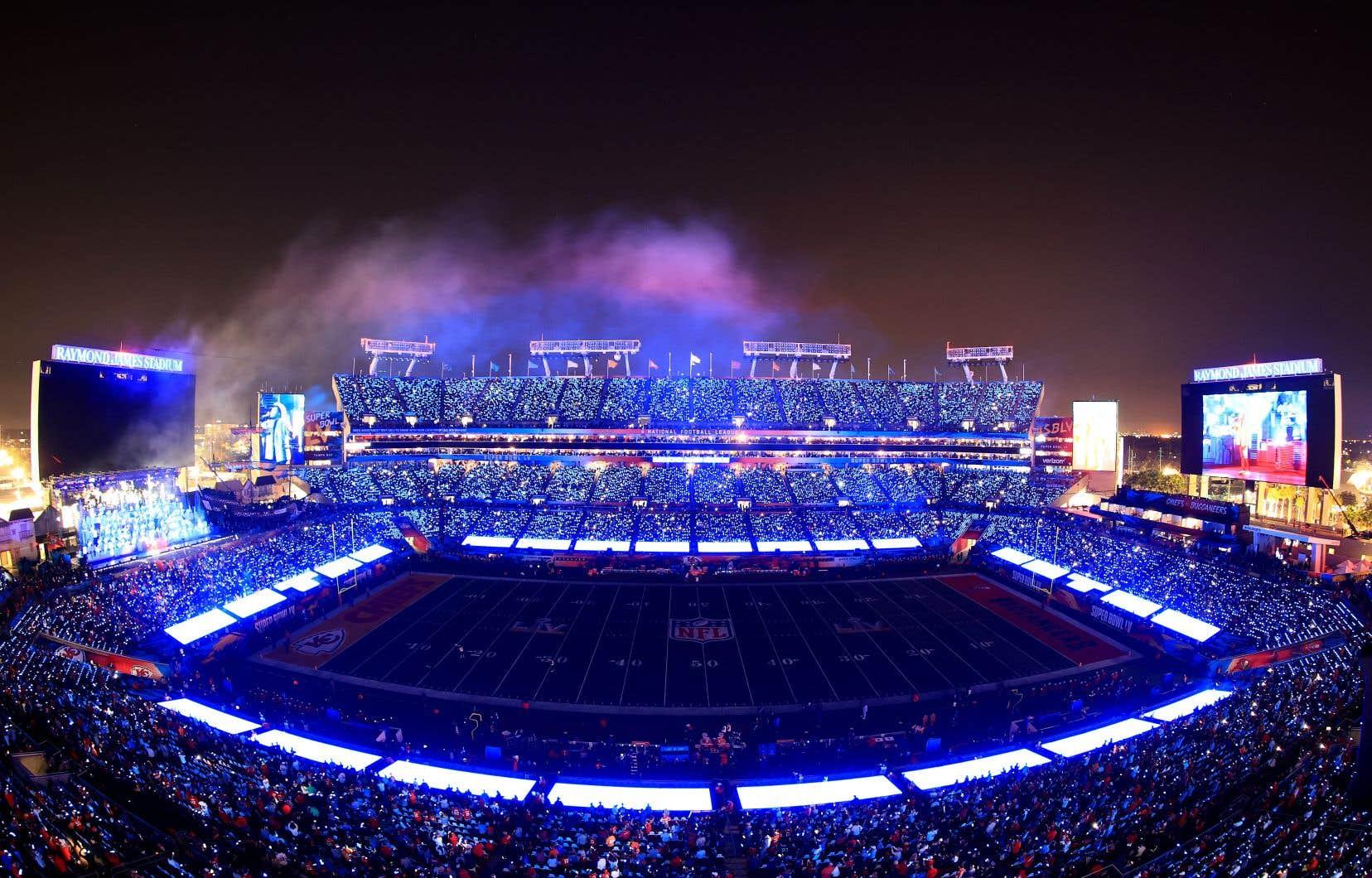 Les jeux de lumière ont été conçus comme une chorégraphie afin d'accompagner la performance du chanteur canadien The Weeknd à la mi-temps.
