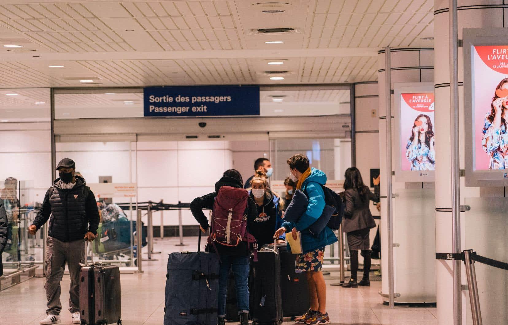 Ottawa a annoncé le 29 janvier dernier que tous les voyageurs devront subir un autre test de dépistage à leur arrivée au pays. En attendant les résultats, ce qui devrait prendre environ trois jours, ils devront s'isoler à l'hôtel à leurs frais.