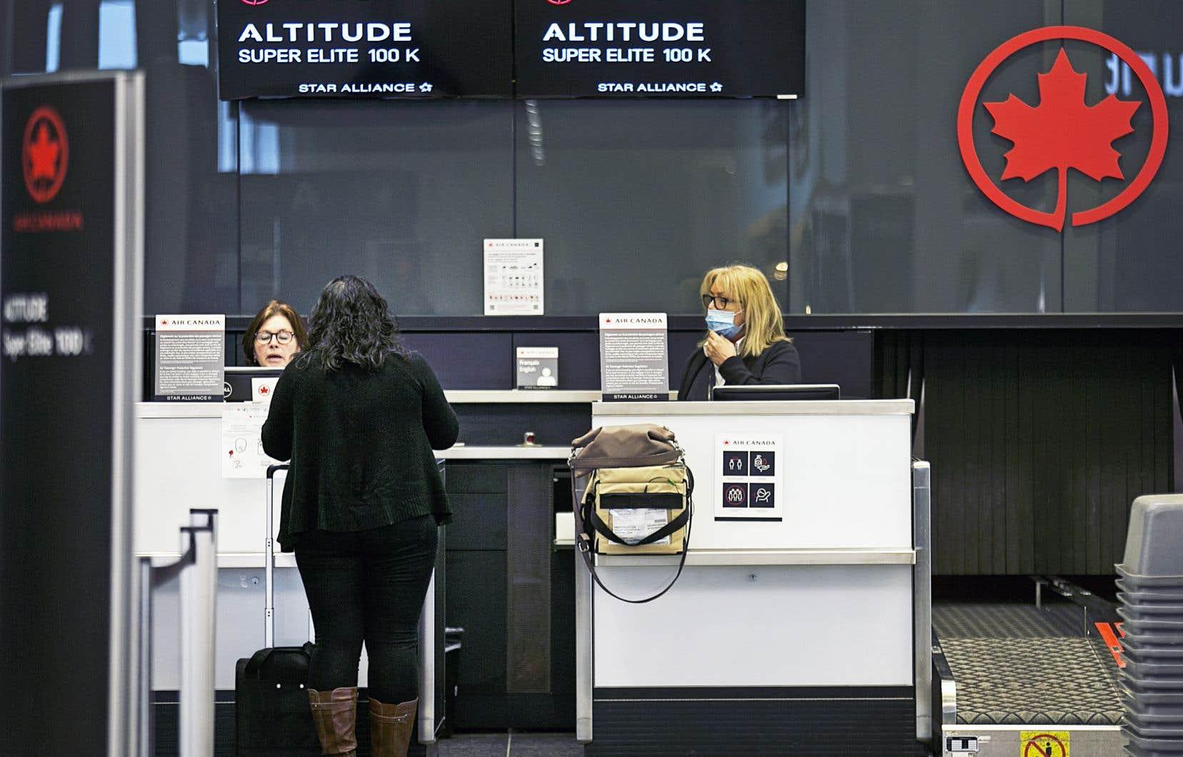 Cette autre vague de mises à pied chez Air Canada, qui avait supprimé 20 000 postes au printemps dernier, survient à la suite du dernier tour de vis du gouvernement Trudeau envers les voyages internationaux.