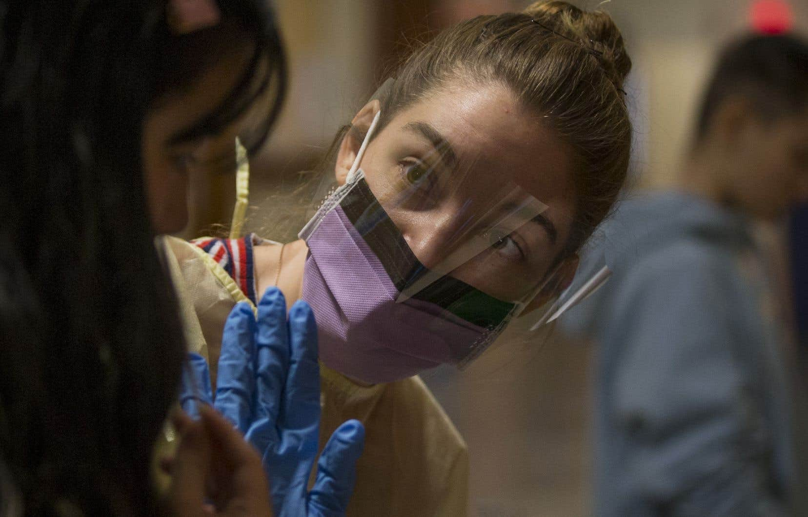 L'assistante de recherche Kelsey Adams fait quotidiennement passer des tests à une cinquantaine de personnes, élèves et membres du personnel.