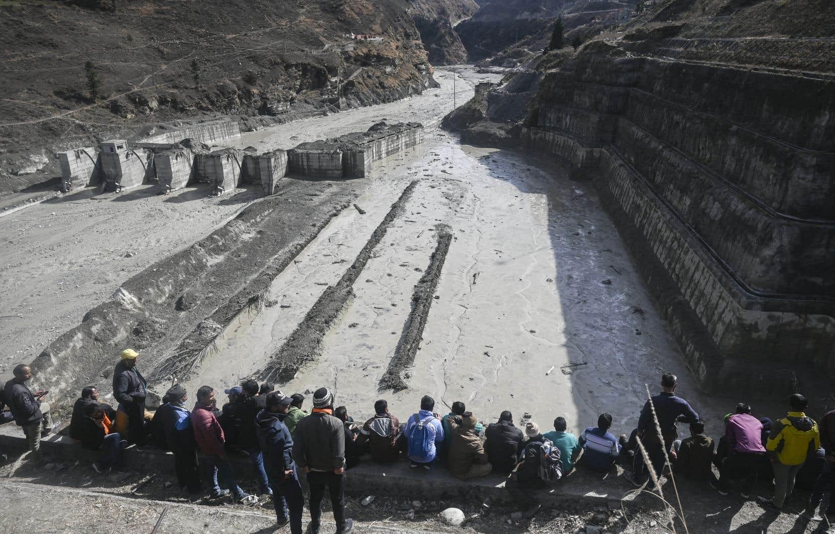 Les sauveteurs redoublaient d'efforts pour tenter de sauver les 34 employés de centrales hydrauliques, bloqués dans un tunnel depuis la catastrophe.