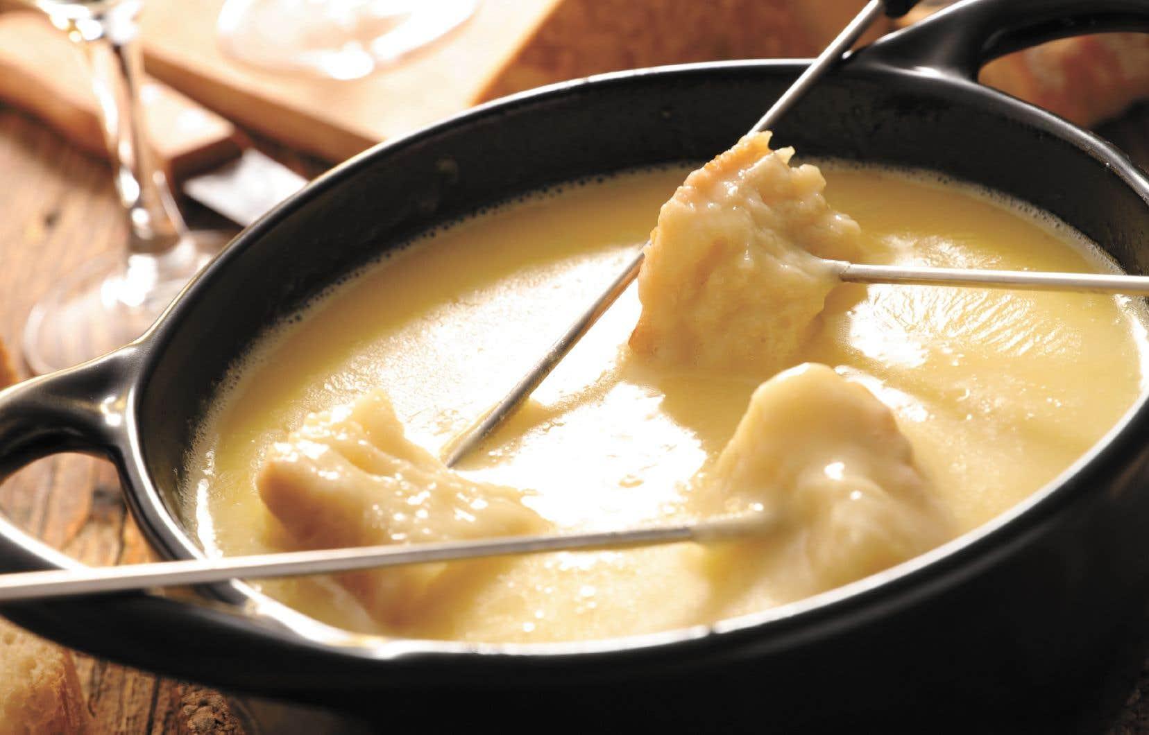 Le succès de la fondue en revient à sa nature même: mettre au centre de la table un plat chaud qui reste chaud est réconfortant depuis la nuit des temps.