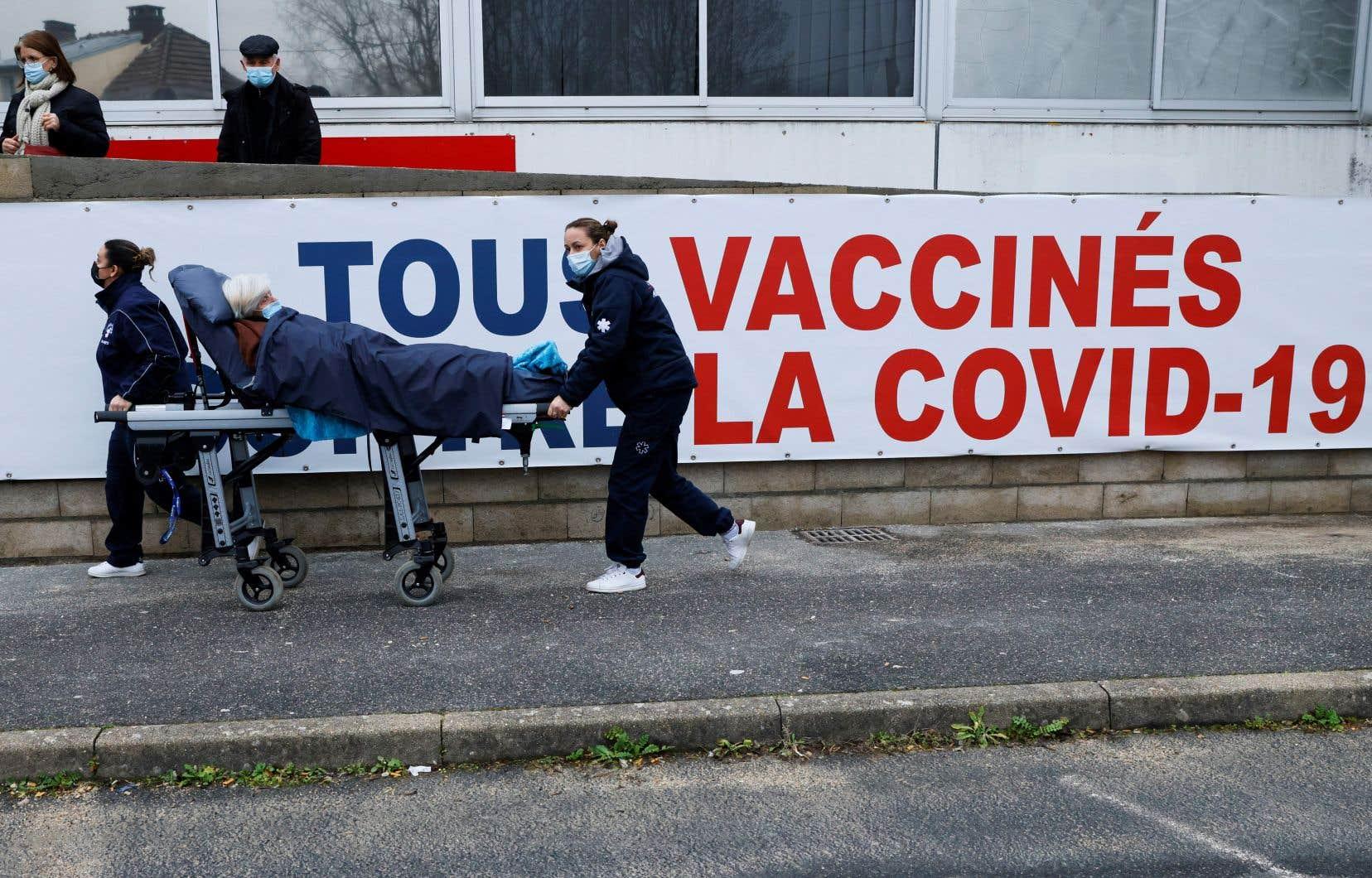 L'Union européenne (UE), qui a franchi mardi le seuil symbolique des 500000 décès, observe toutefois depuis quelques jours une légère baisse des contaminations et des décès quotidiens.
