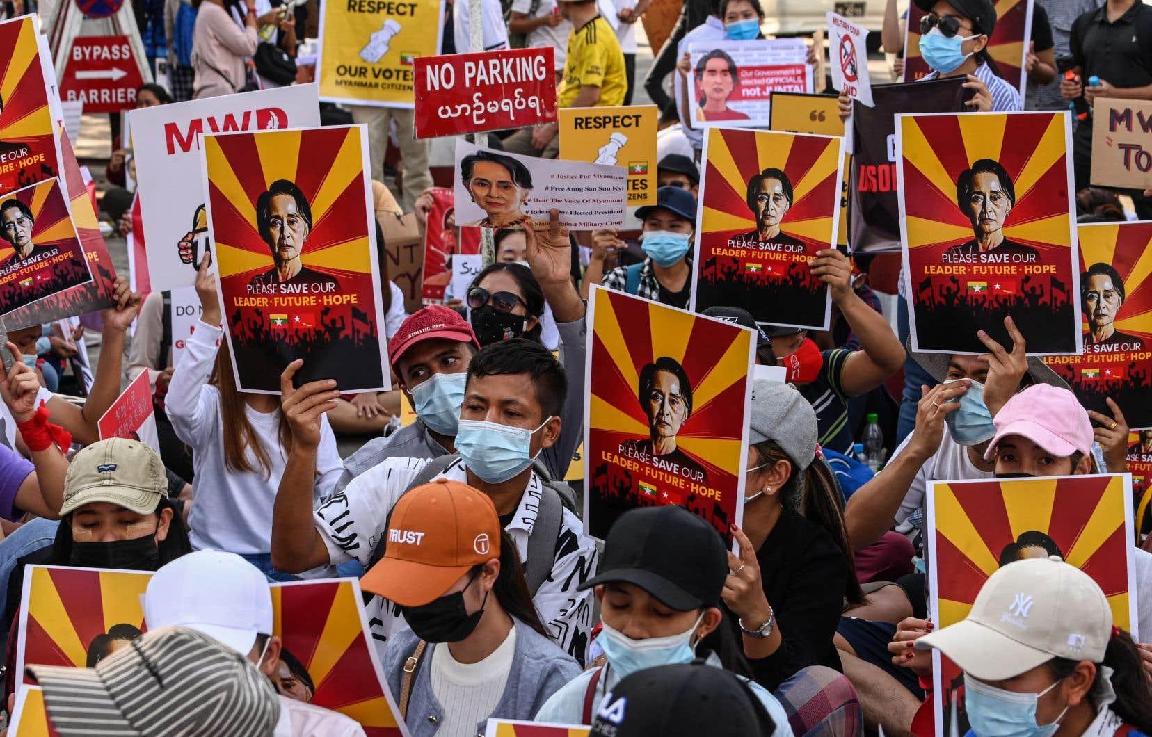 Vendredi, des centaines de milliers de manifestants sont descendus dans les rues malgré les nouvelles arrestations ordonnées par la junte, pour qu'on leur rende le gouvernement civil de «Mother Suu» Kyi.
