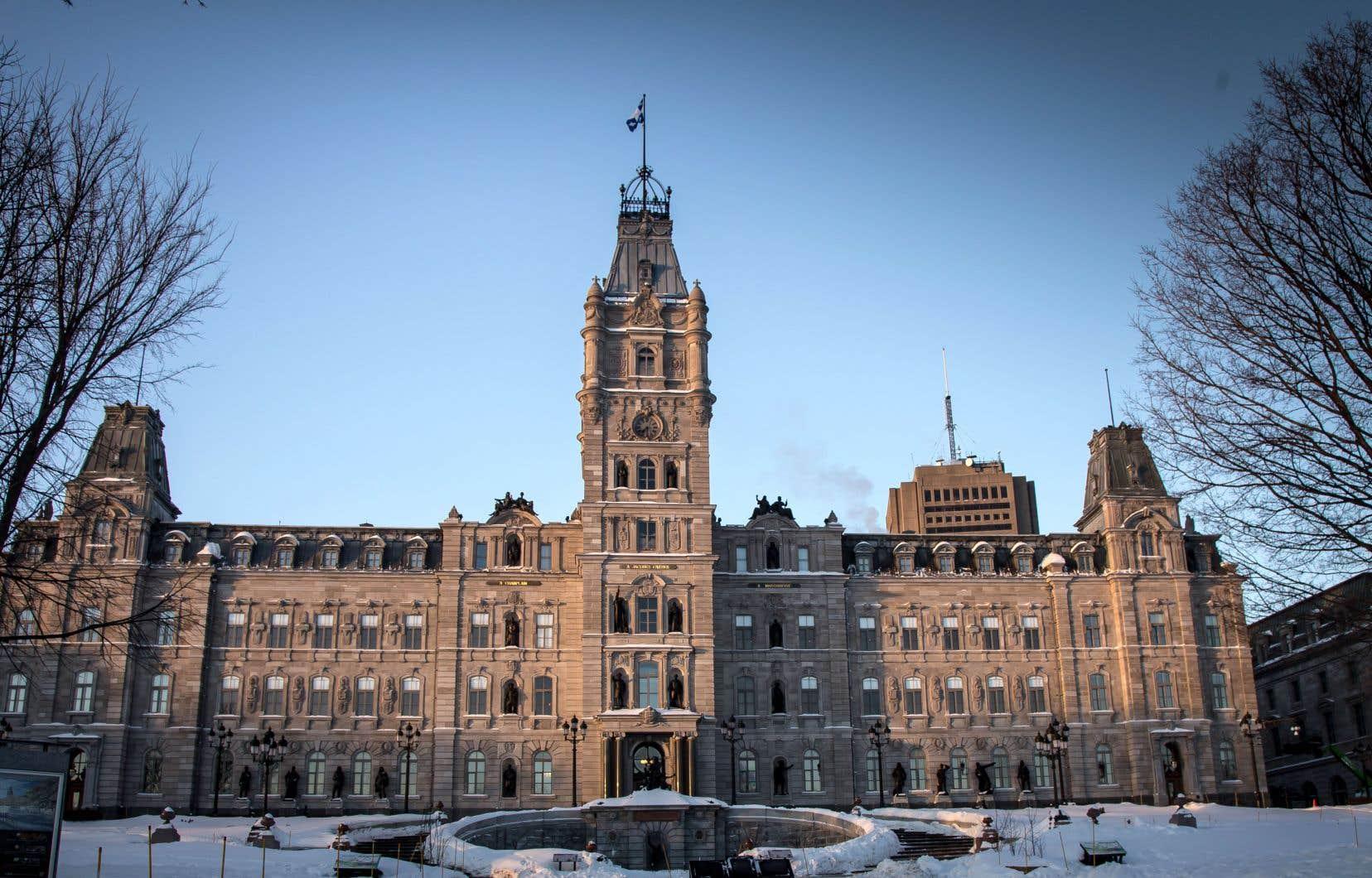 «Les libéraux ont quitté le pouvoir délogés par la Coalition avenir Québec. Y voyons-nous une différence significative dans la gestion de l'État? Bien sûr, la pandémie a pris toute la place depuis le 13mars 2020. Cependant, les salariés de l'État québécois associés aux services publics sont sans contrat de travail depuis presque un an», écrit l'autrice.