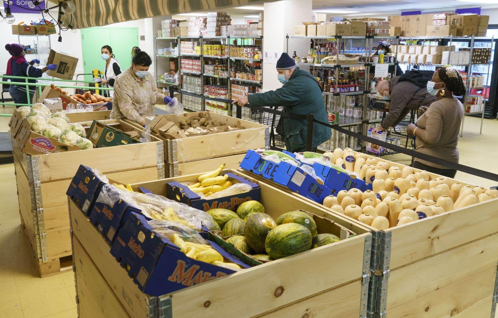 La hausse du prix du panier d'épicerie au Québec pour 2021 s'annonce record, à 4%, selon le 11eRapport sur les prix alimentaires canadiens. Sur la photo, une banque alimentaire, à Montréal.