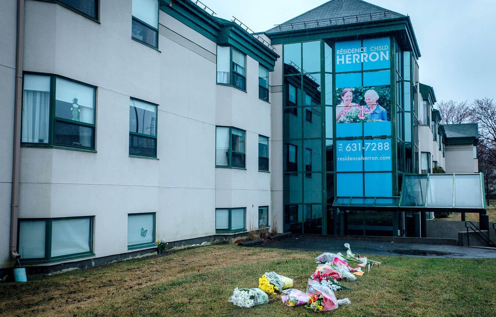 Des gerbes de fleurs ont été déposées devant le CHSLD Herron à Dorval. Le centre d'hébergement de soins de longue durée pour les personnes âgées a connu un nombre record de 31 décès sur 150 résidents lors de la première vague de COVID-19.