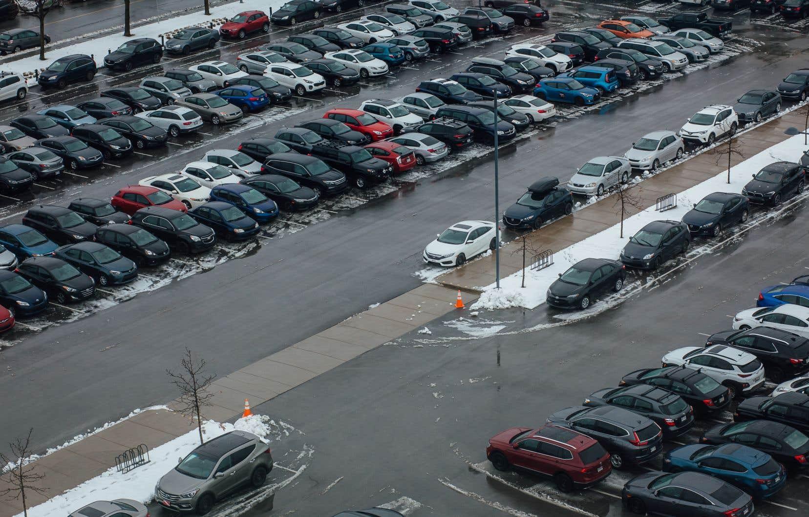 La Ville de Montréal estime entre 475 000 et 515 000 le nombre de places de stationnement sur rue, auxquelles s'ajoutent les stationnements hors rue privés et publics.
