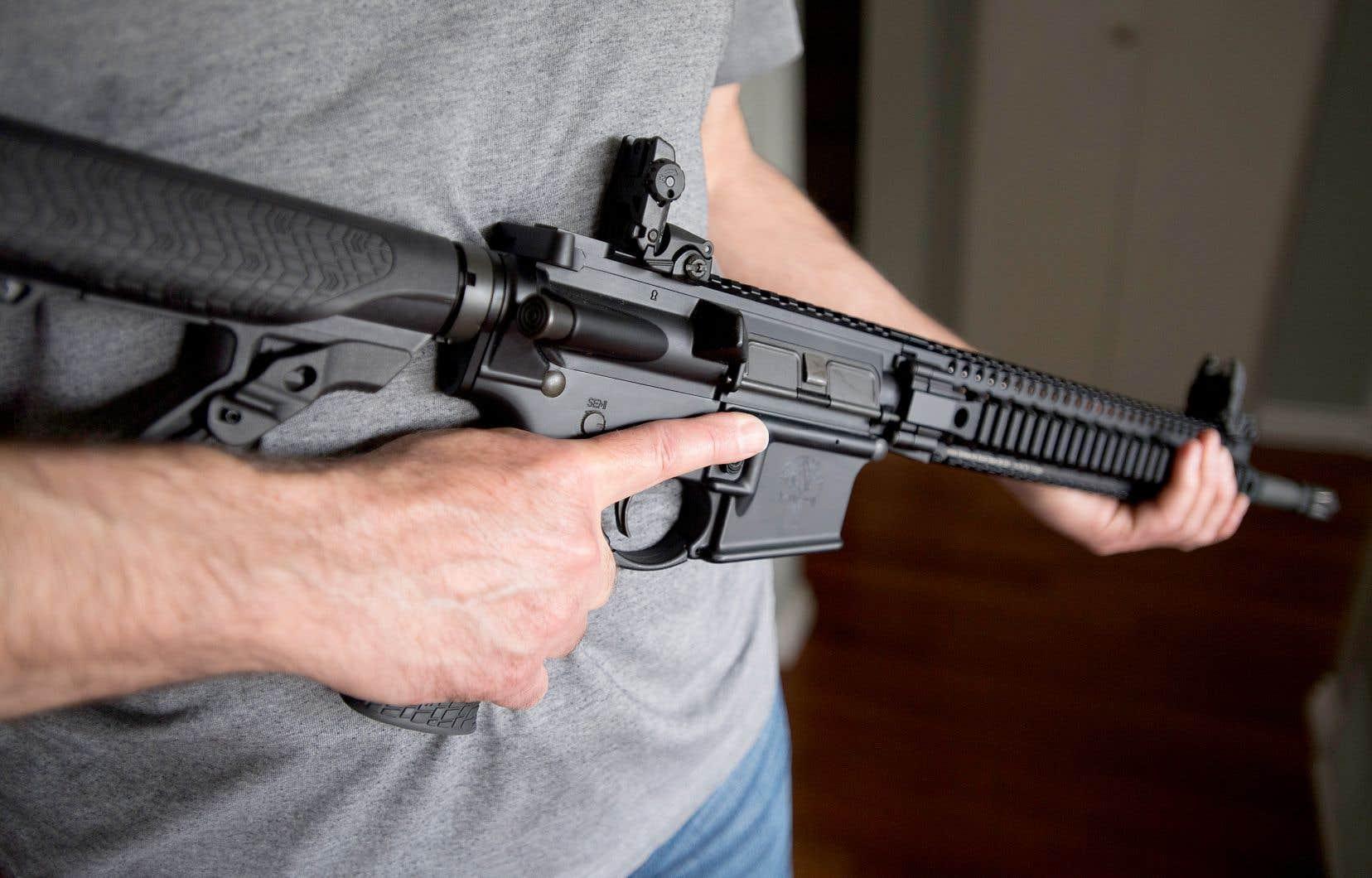 Le projet de loi C-21 obligera les propriétaires d'une des 1500 armes d'assaut interdites par Ottawa en mai dernier, comme l'AR-15, à obtenir un permis de possession, à enregistrer leur arme et à se conformer à une série de mesures qui les rendent essentiellement inutilisables.